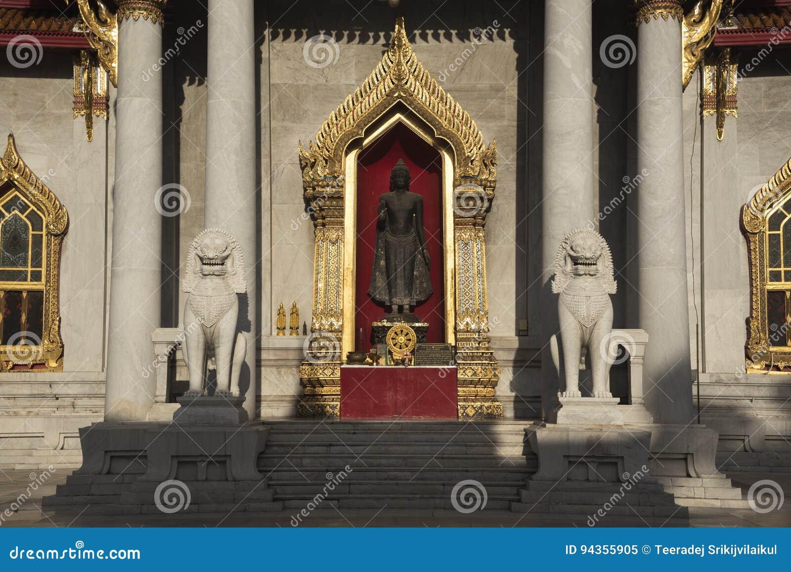 Buddha and lion statues at wat Benjamaborphit