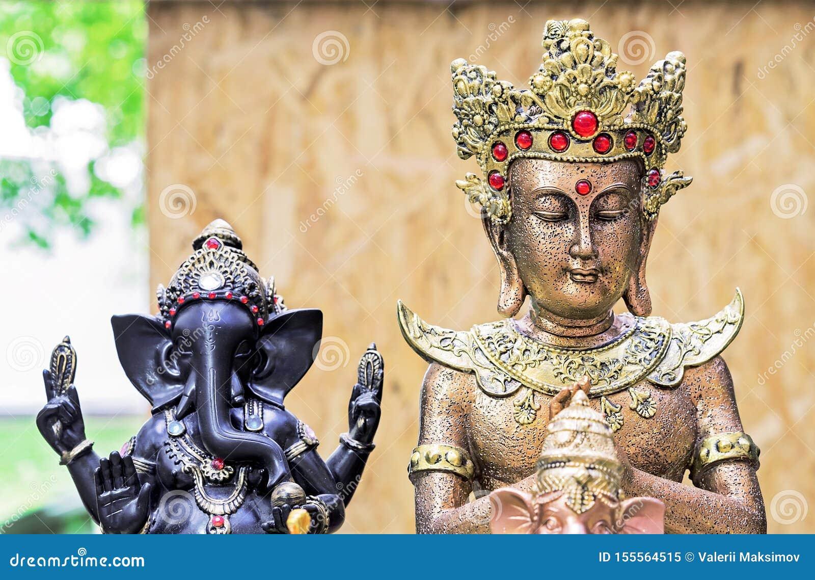 Buddha posążek w ulicznym pamiątkarskim sklepie Indiańscy pamiątkarscy posążki i rękodzieła
