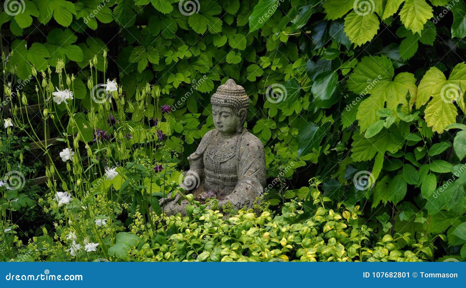 Buddha postać w wiosna ogródzie