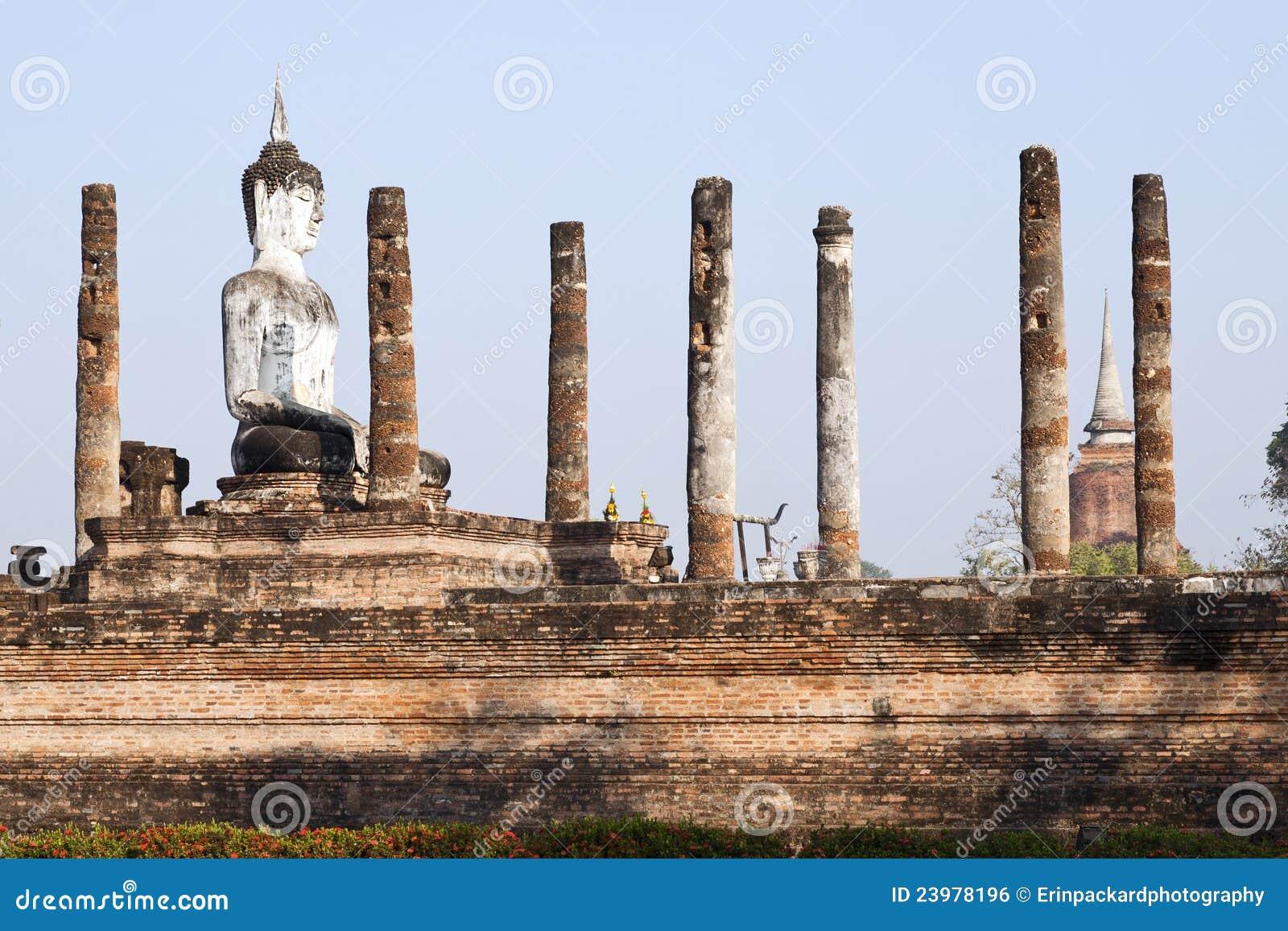 Buddha que se sienta en ruinas