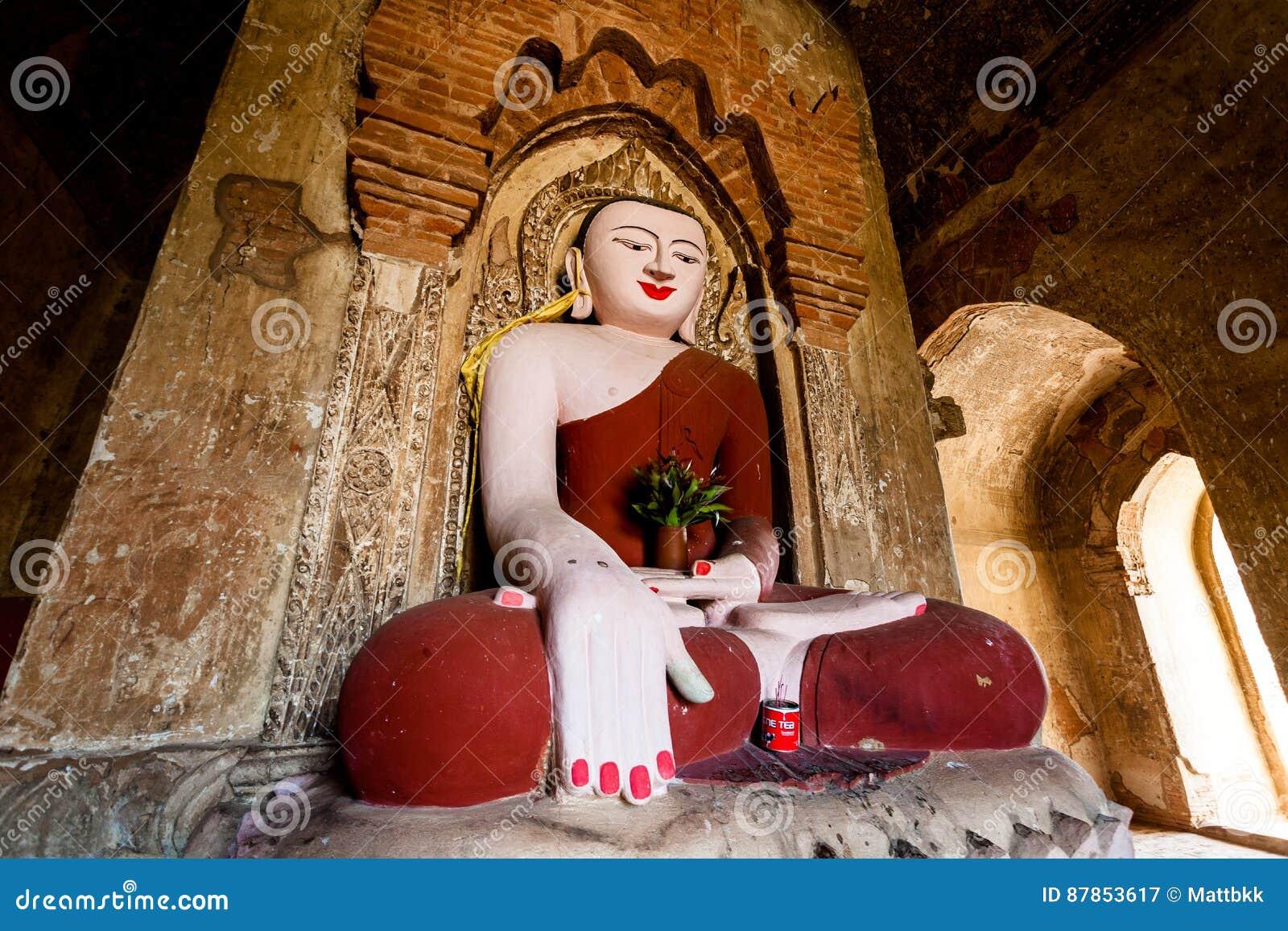 Buddha-Statue in der Pagode bei Bagan, Myanmar