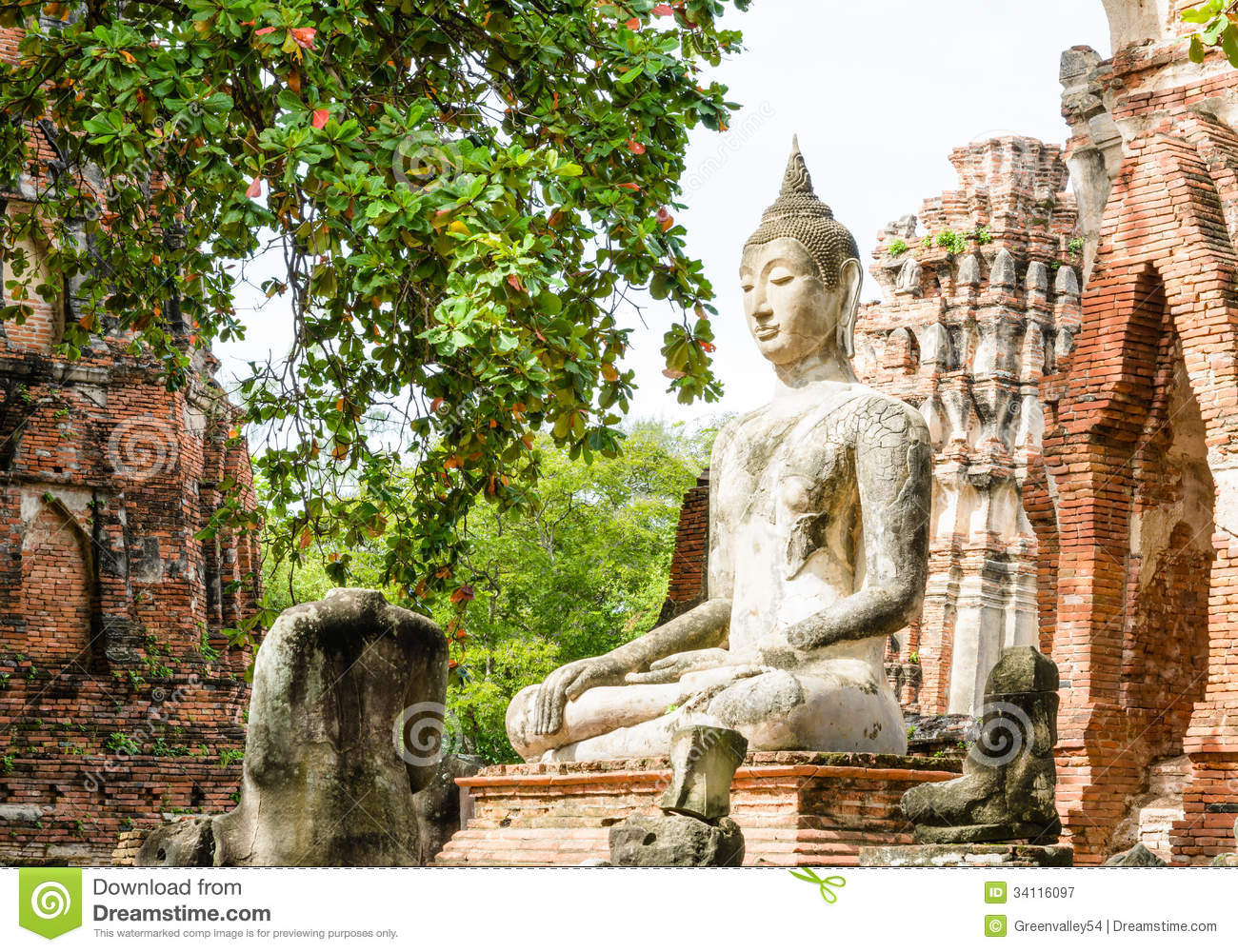 Buddha Statue In Ruins Royalty Free Stock Photography