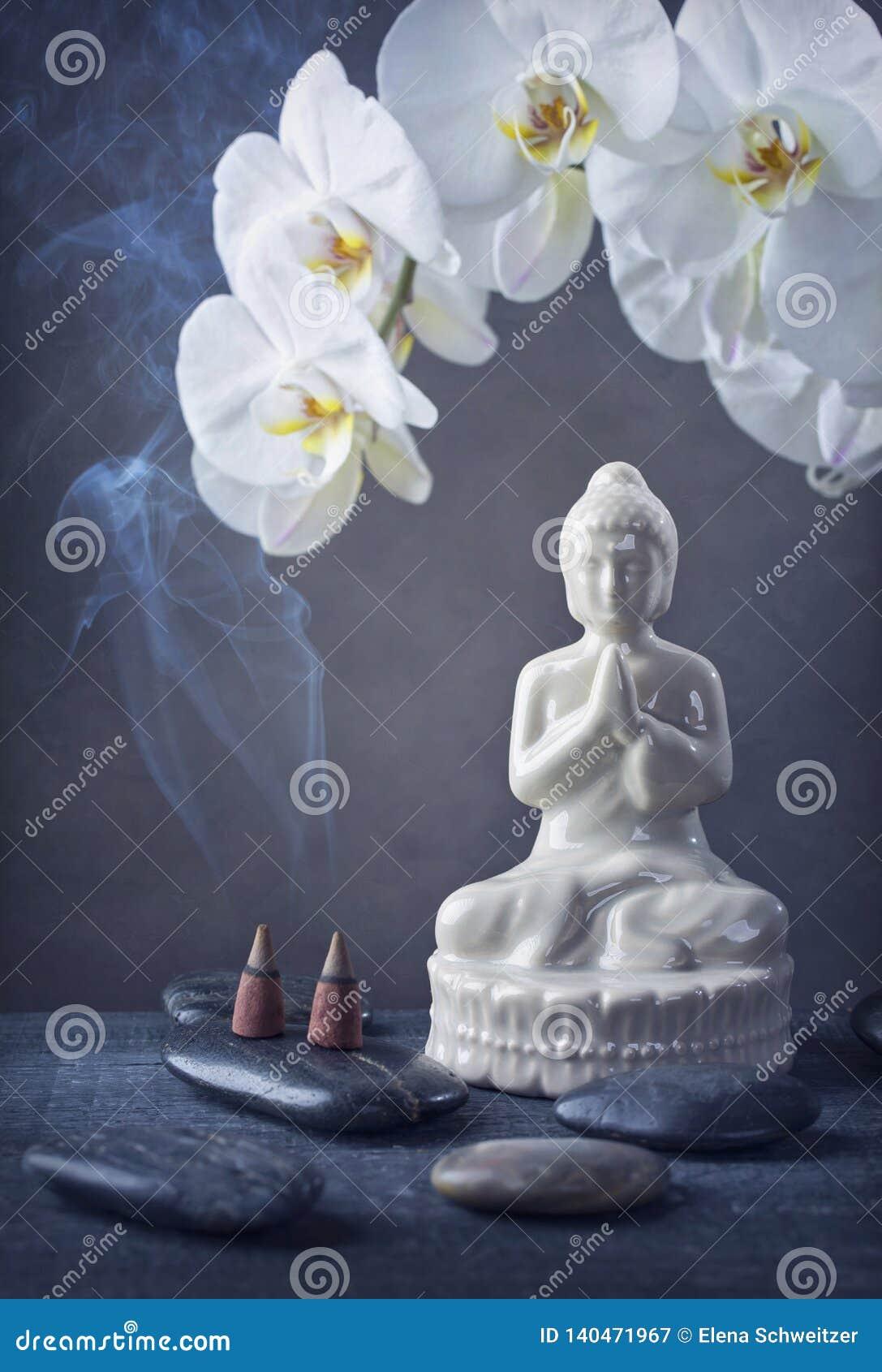 Buddha-Statue und brennender Kegel