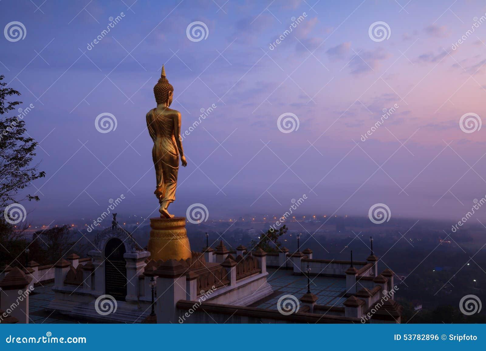 Buddha statuy pozycja w nocy przy Watem Phra Ten Khao Noi w Nan