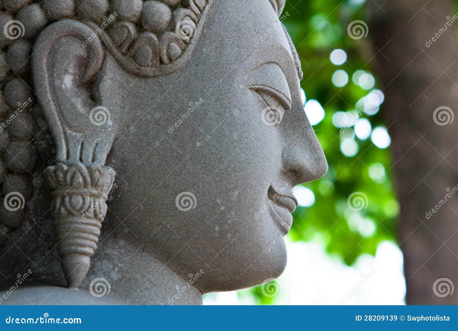 Buddha vänder mot snidit i sten.