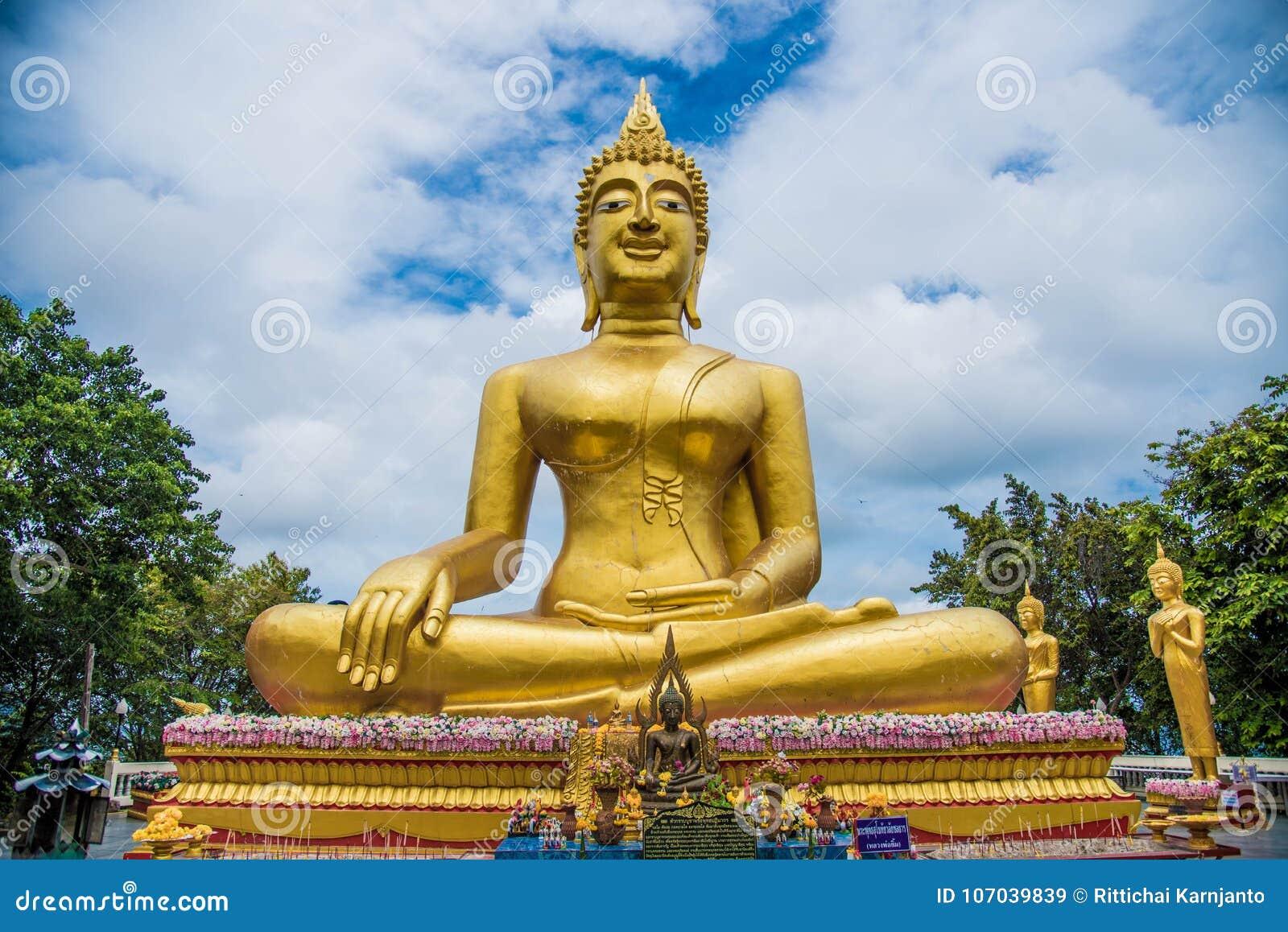 Buddha w Thailand, azjatykcia podróż, niebieskie niebo, duży Buddha