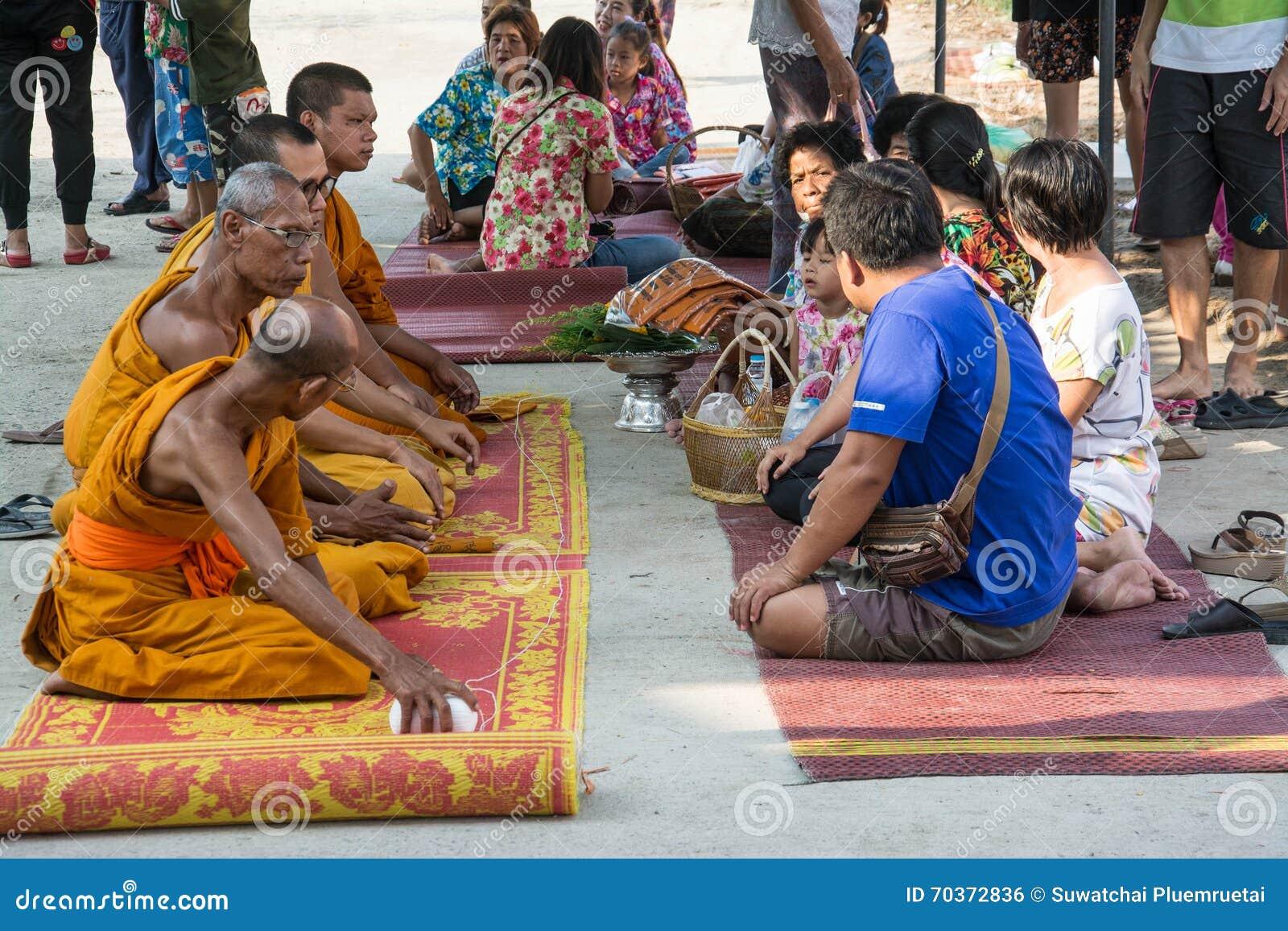 Buddha-Zeremonie für Songkran-Tag oder thailändisches neues Jahr-Festival am 13. April 2016 in Samutprakarn Thail