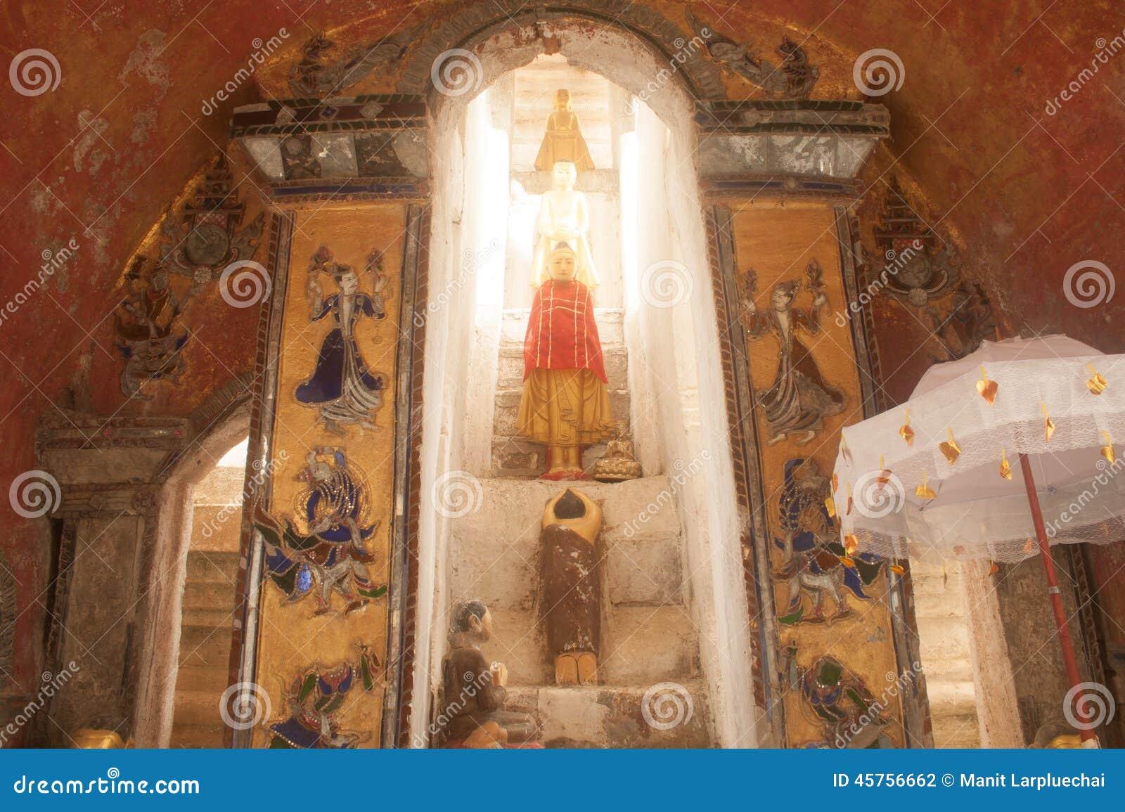 Buddhas внутрь на пагоде стены виска Nyan Shwe Kgua в Мьянме