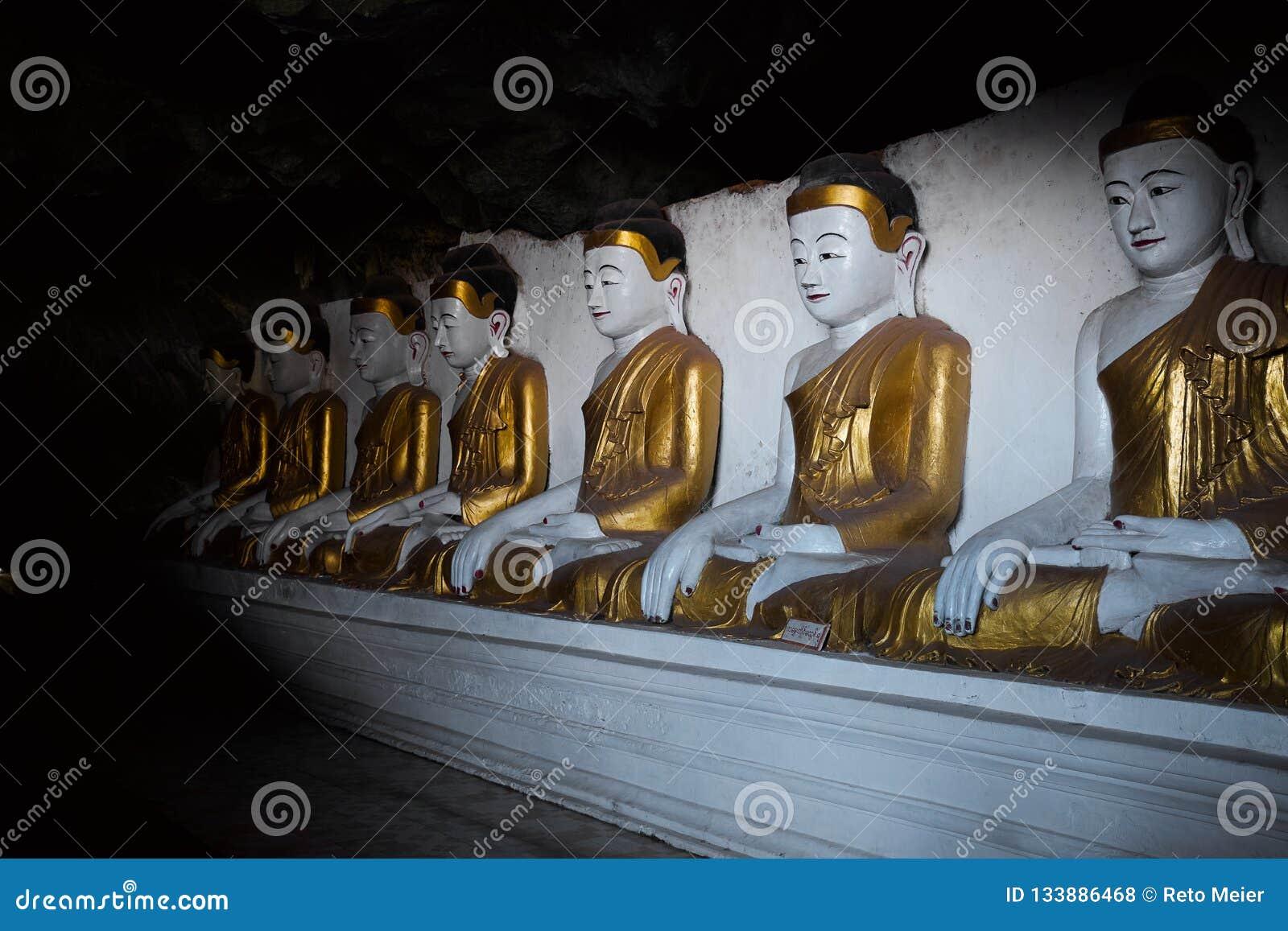 Buddhas в пещере в Мьянме