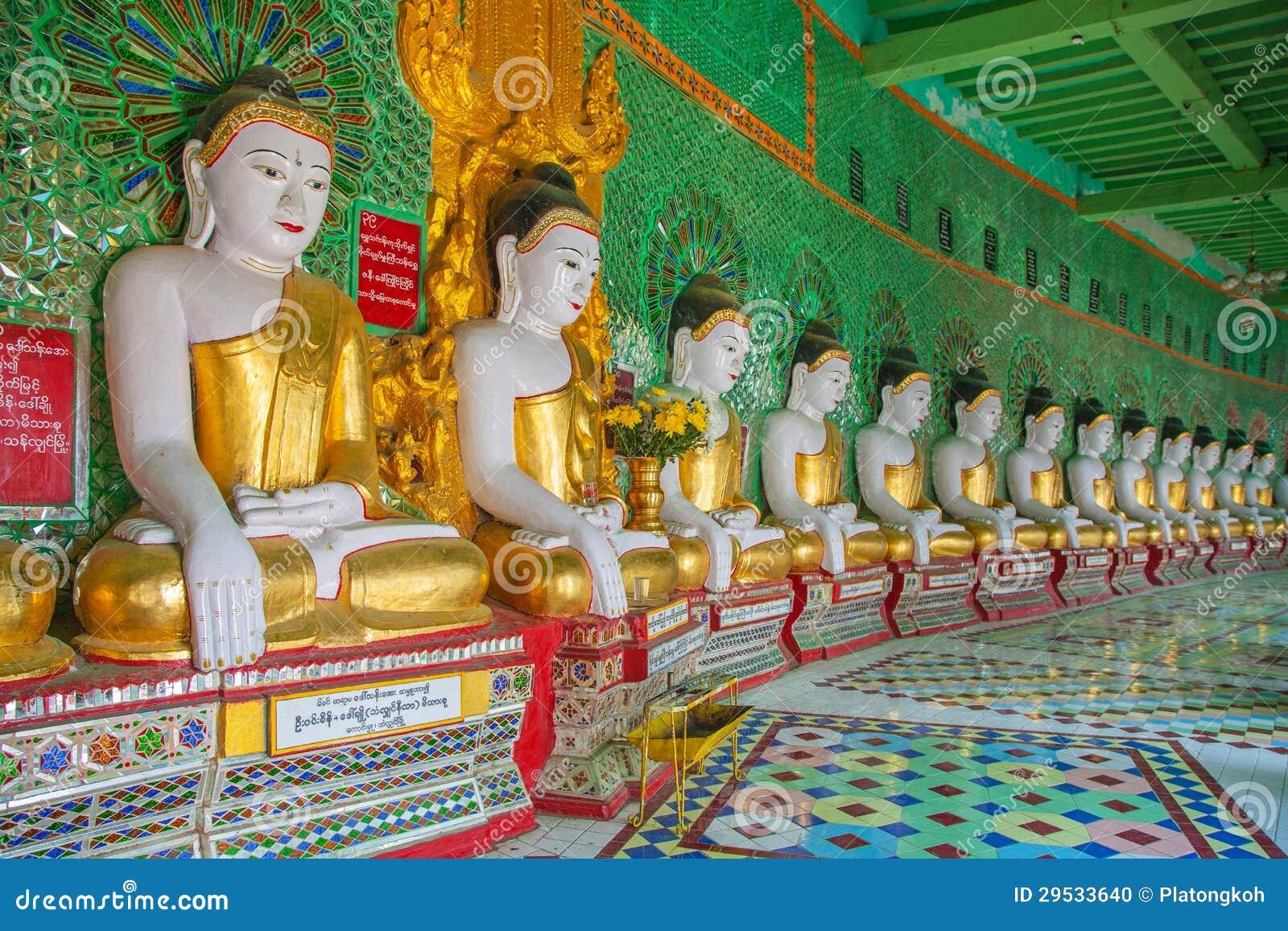 Buddhas e parede no templo