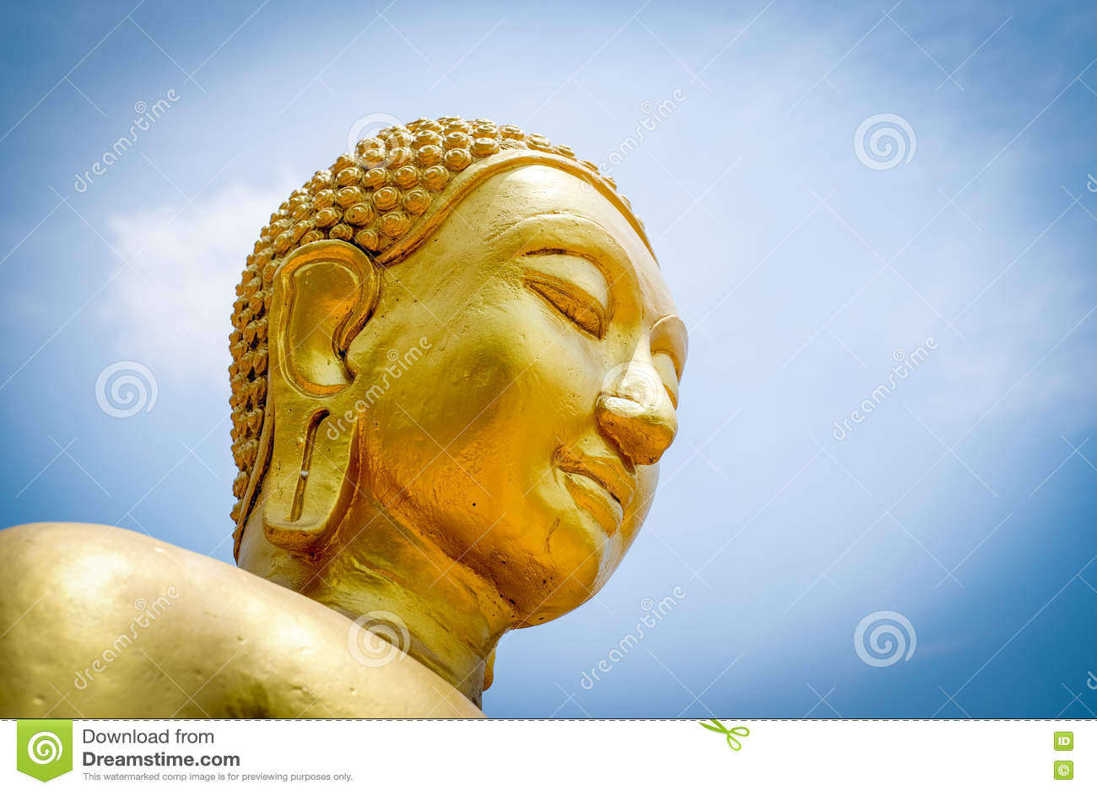 Buddhastaty på blå himmel