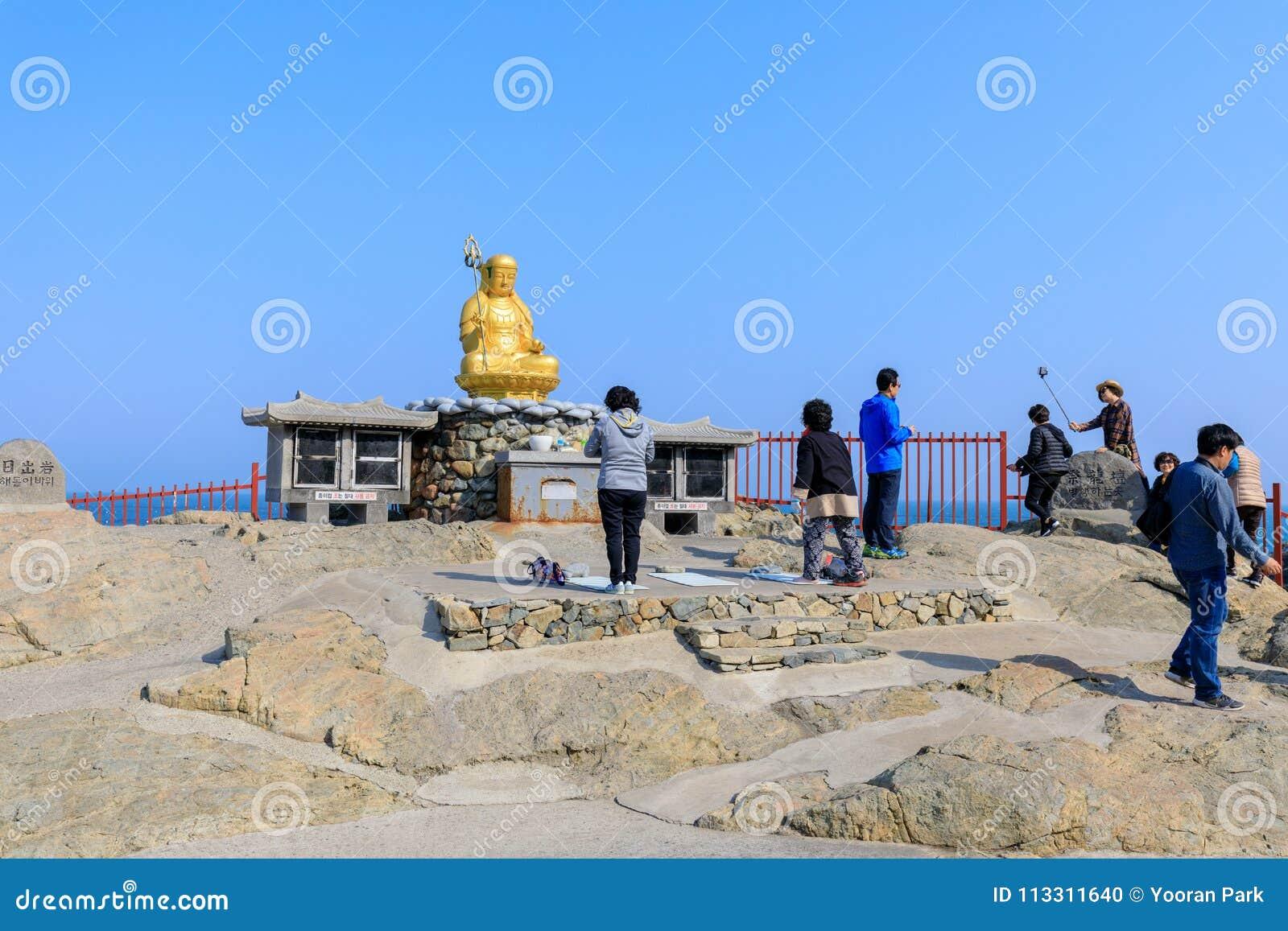 Buddhastaty på den Haedong Yonggungsa templet i Busan