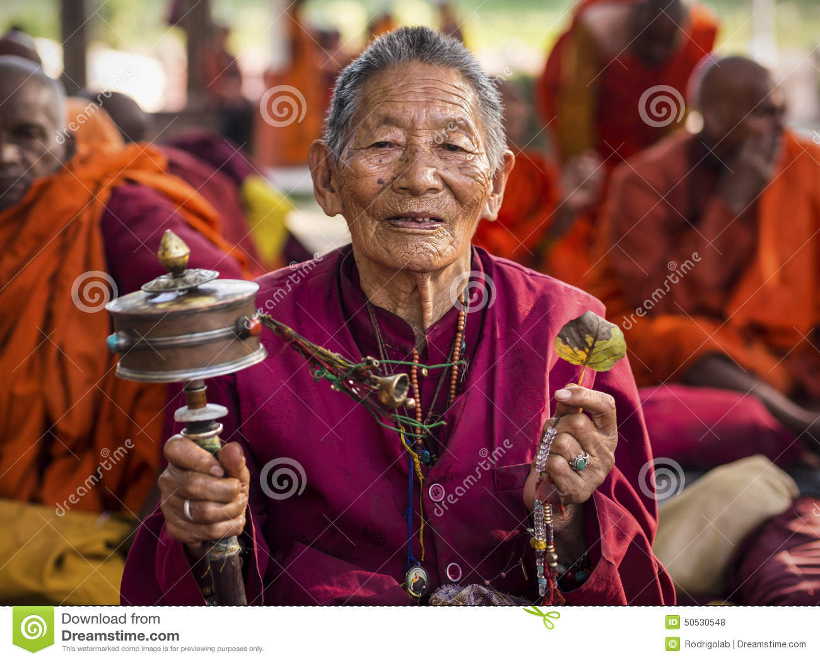 Buddhistische Frau, die an Mahabodhi-Tempel in Bodhgaya, Indien betet