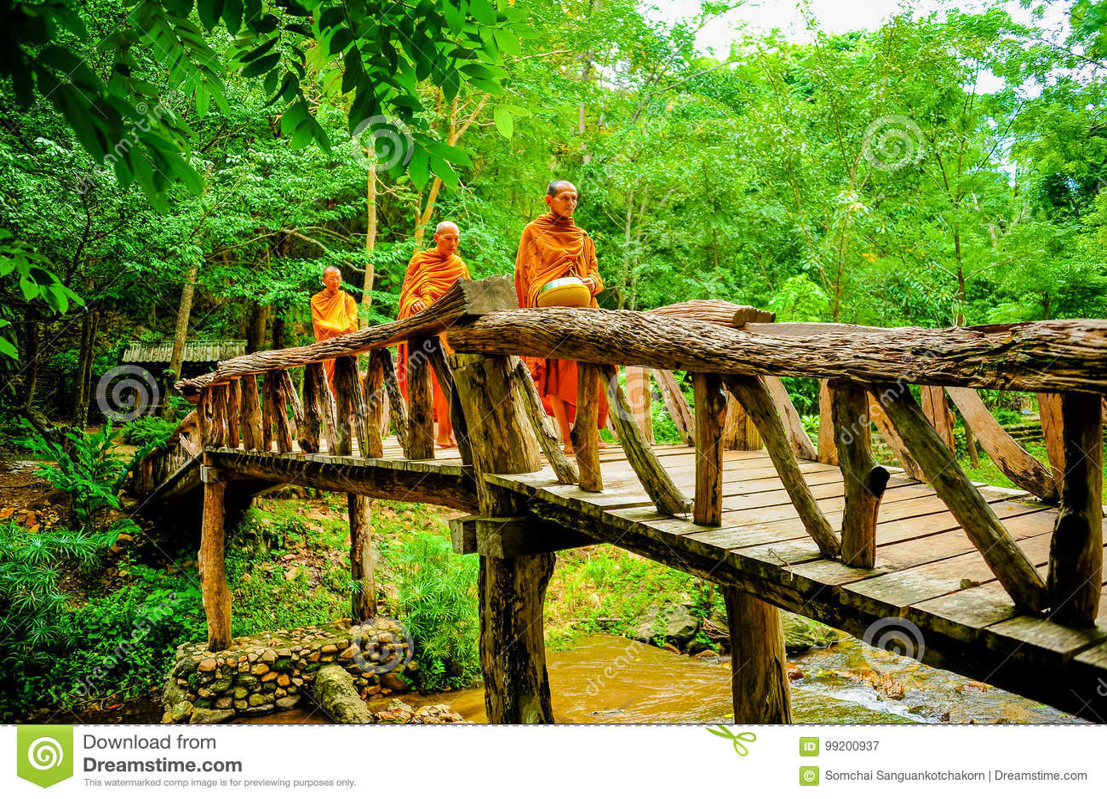 Buddist-Mönche, die marschieren, um Almosen am Morgen zu suchen