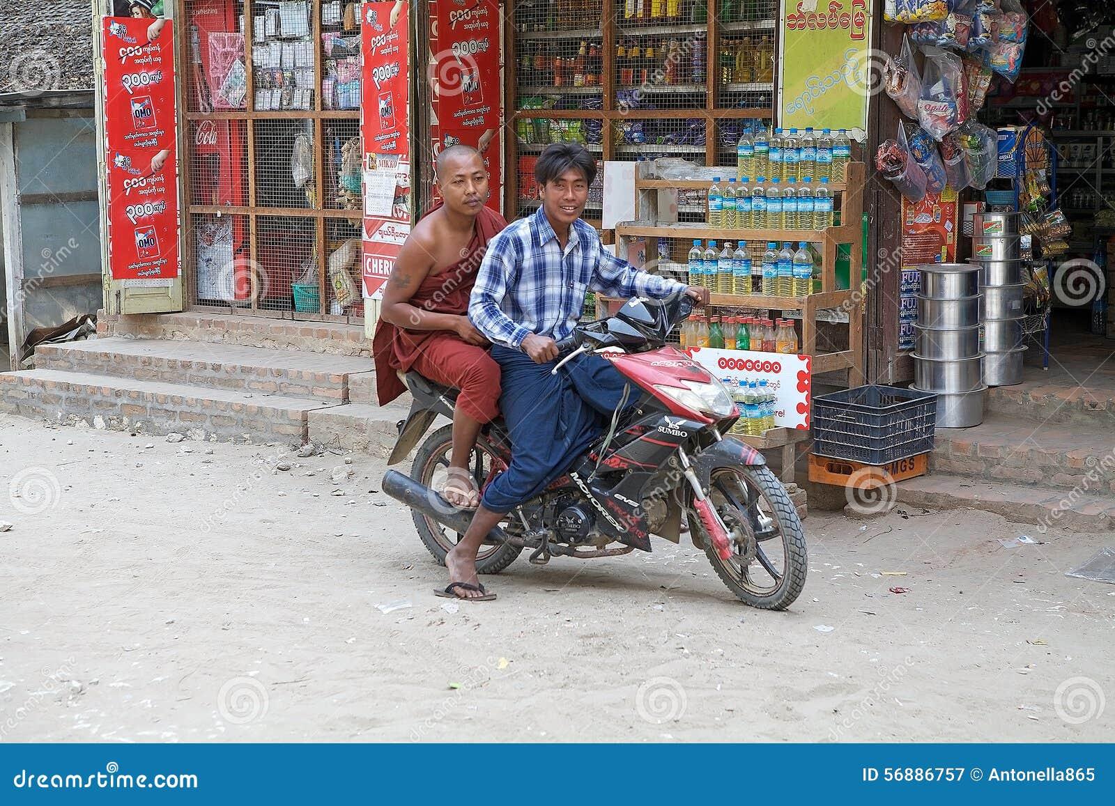 Buddistisk munk på motorcykeln Myanmar