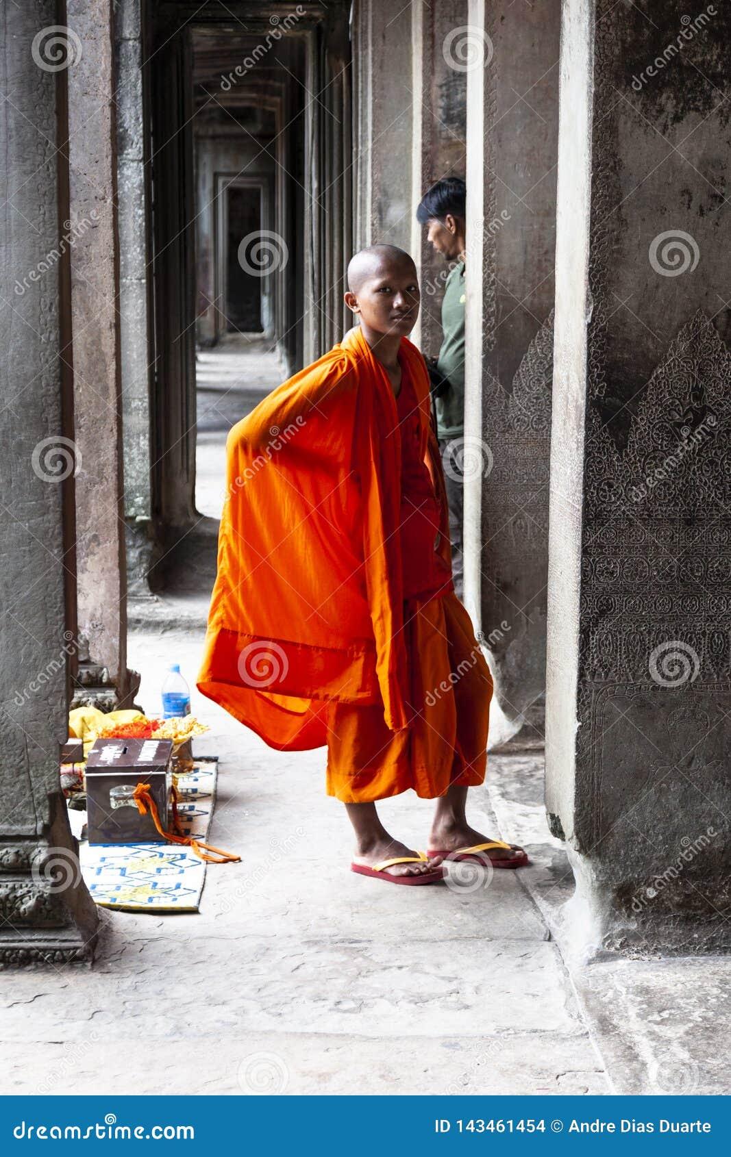 Buddistisk munk som poserar för bild