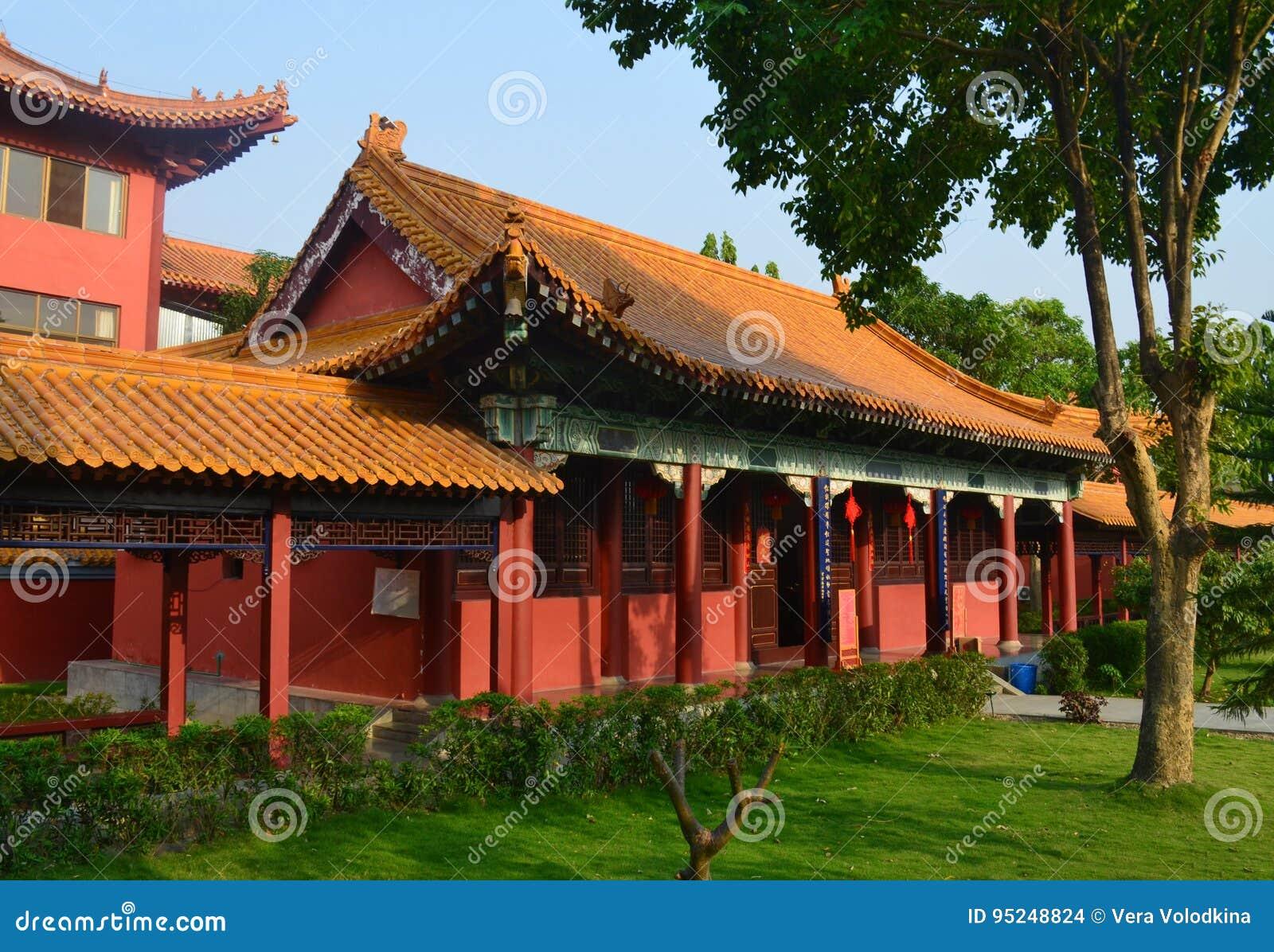 Buddistisk tempel för traditionell kines i Lumbini, Nepal - födelseort av Buddha