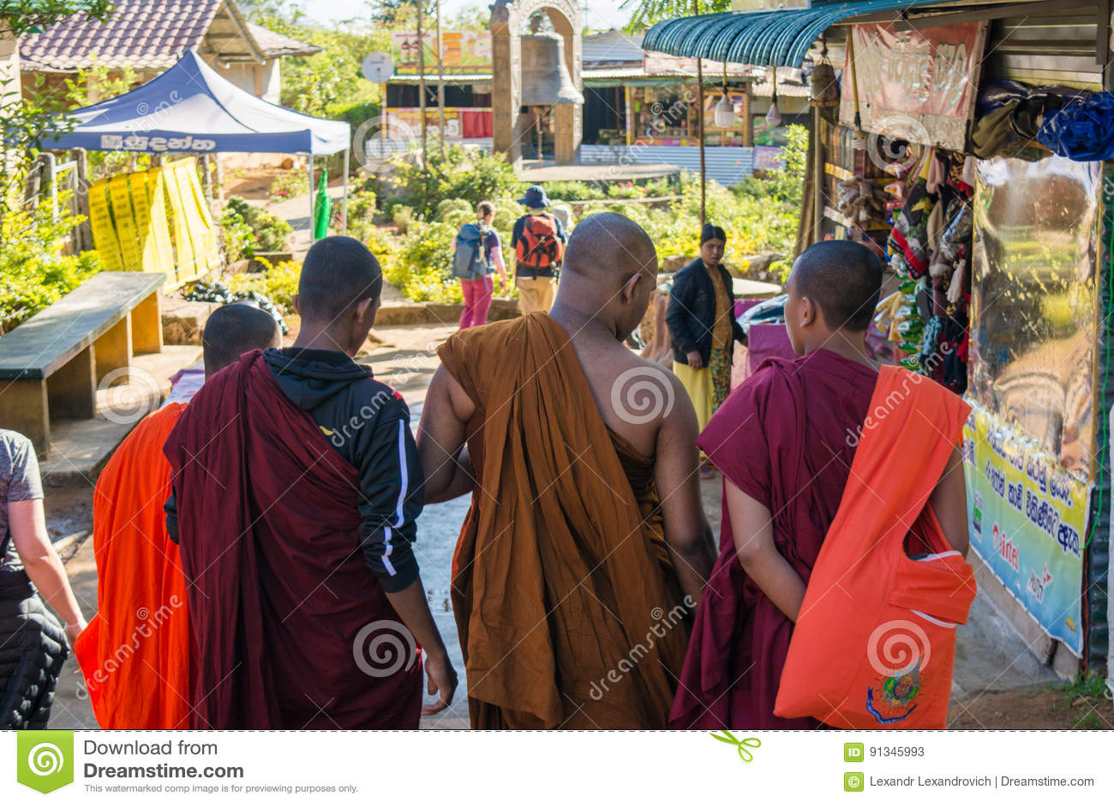 Buddistmonniken die tijdens gang spreken