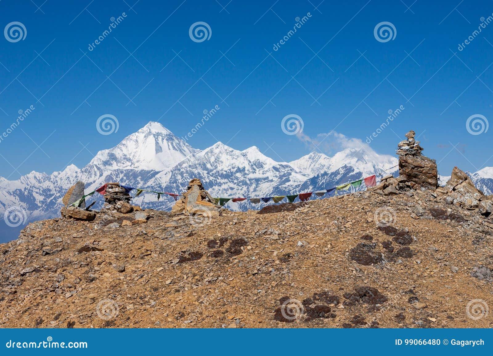 Buddyjska modlitwa zaznacza na kopach w himalajach z