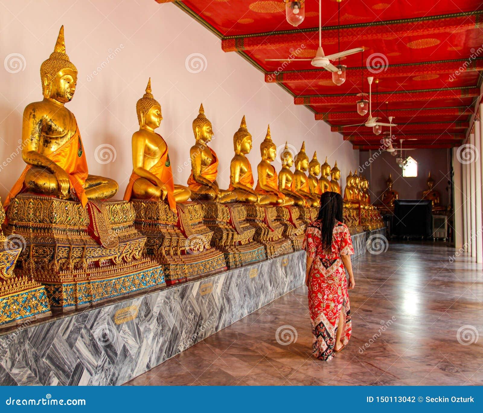 Buddyjskie statuy w buddyjskiej świątyni w Bangkok