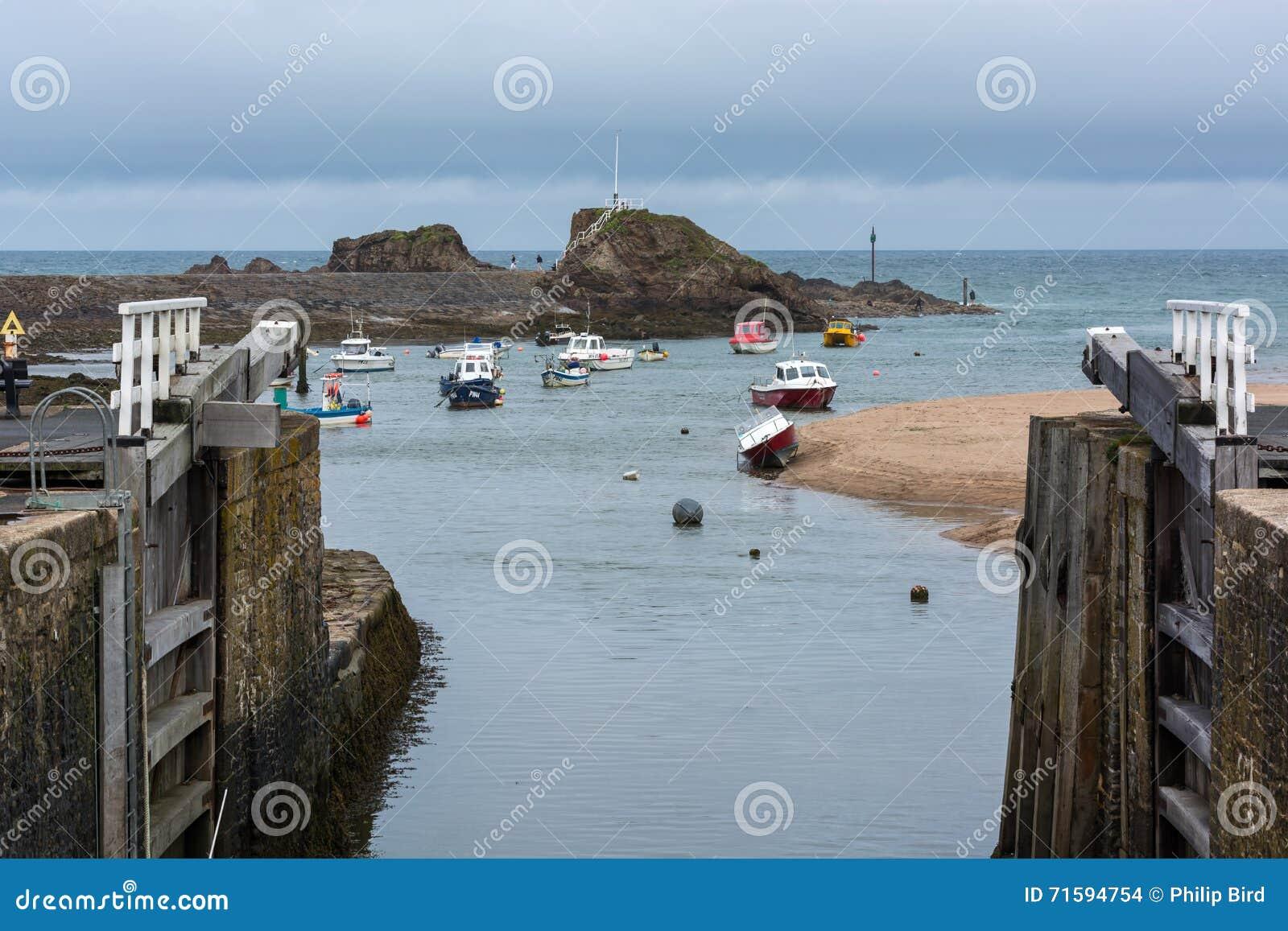 BUDE, CORNWALL/UK - 15 AOÛT : Bateaux dans le port chez Bude dessus