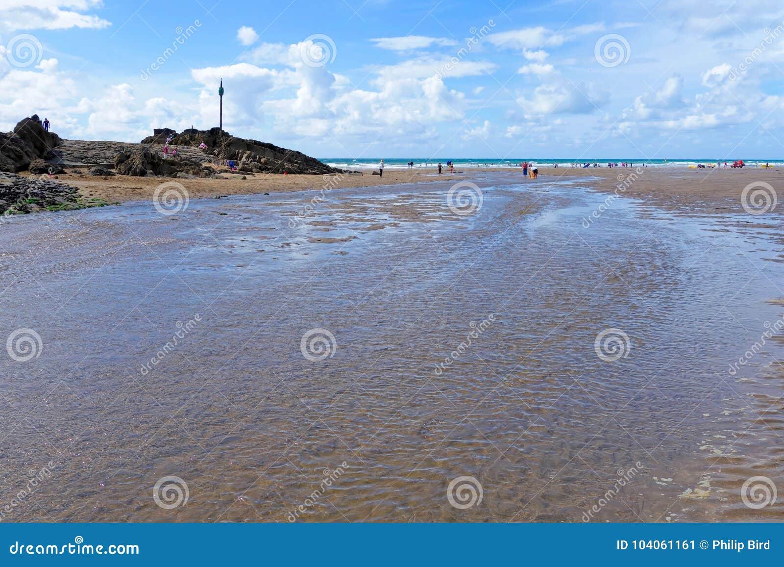 BUDE, CORNWALL/UK - 12 AOÛT : Marche le long de la plage chez Bude