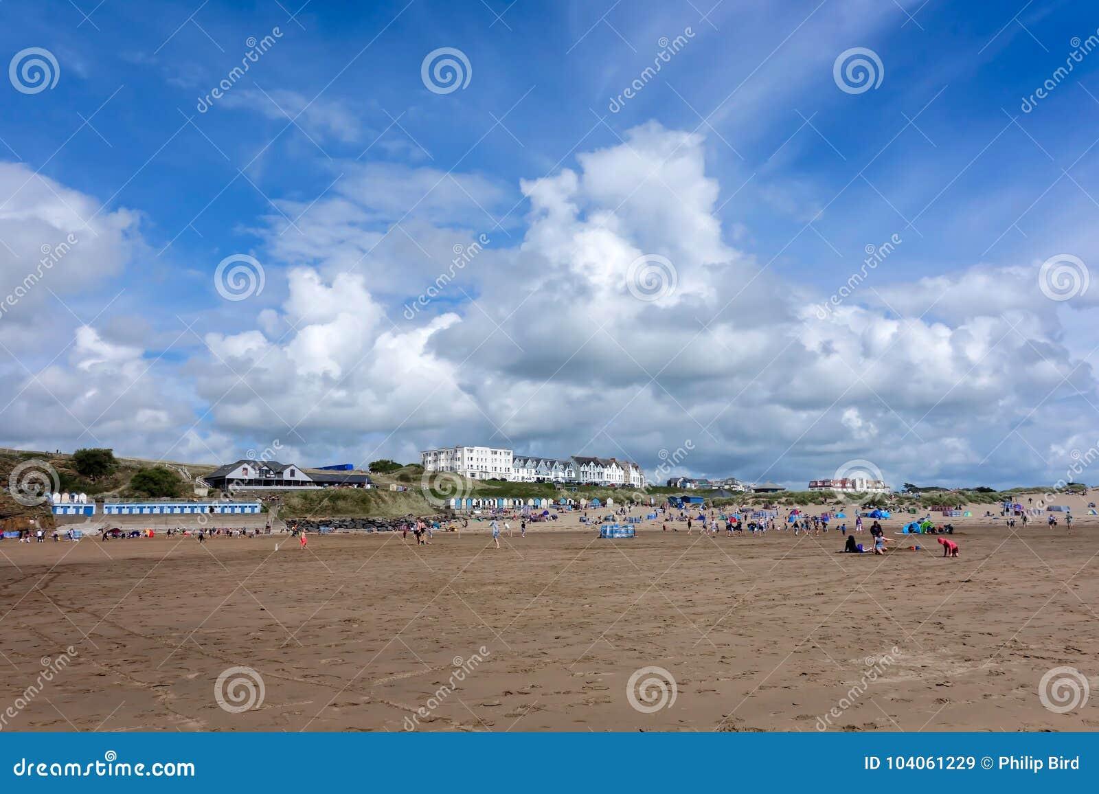 BUDE, CORNWALL/UK - 12 DE AGOSTO: Gente que goza de la playa en el brote
