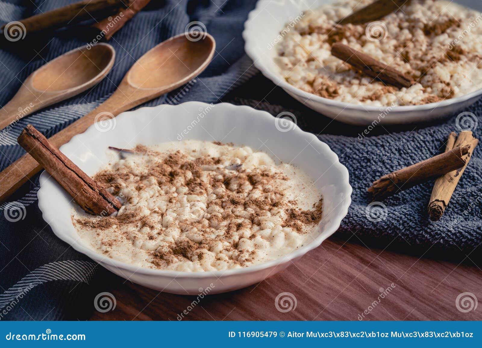 Budino di riso cremoso cucinato con cannella