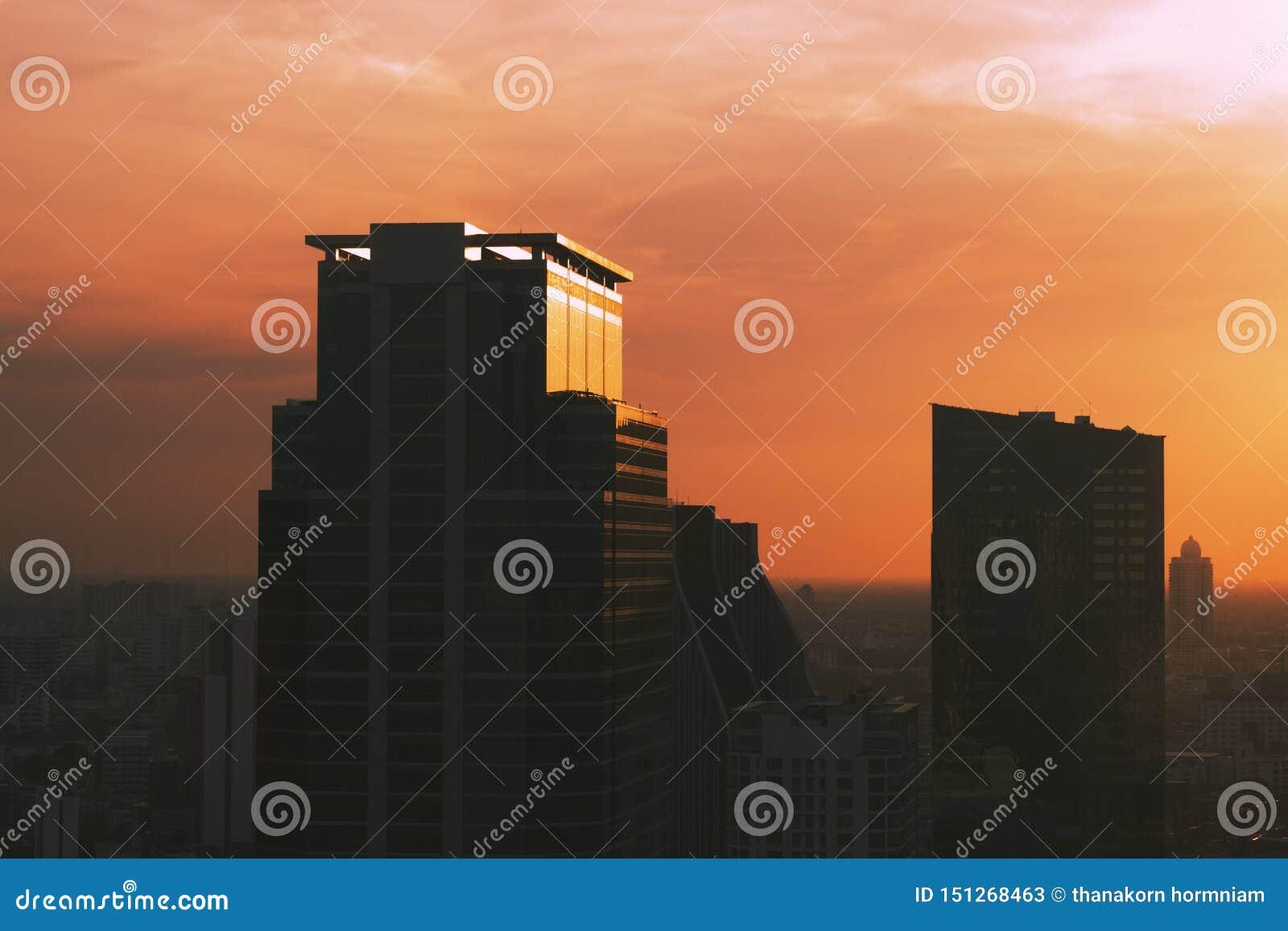 Budować w środkowym dzielnica biznesu zmierzchu tło i miasto
