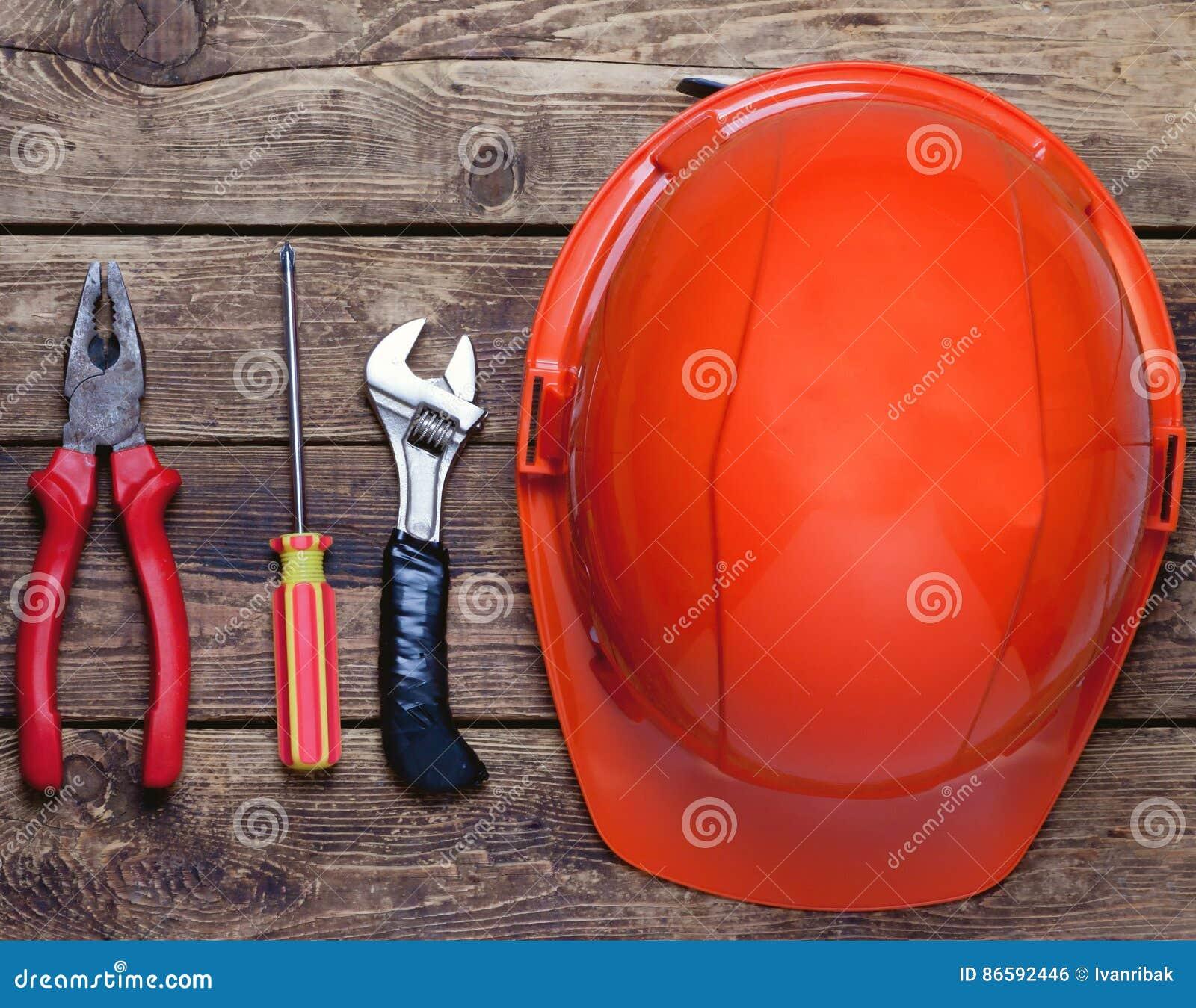 Budowa hełm i starzy narzędzia