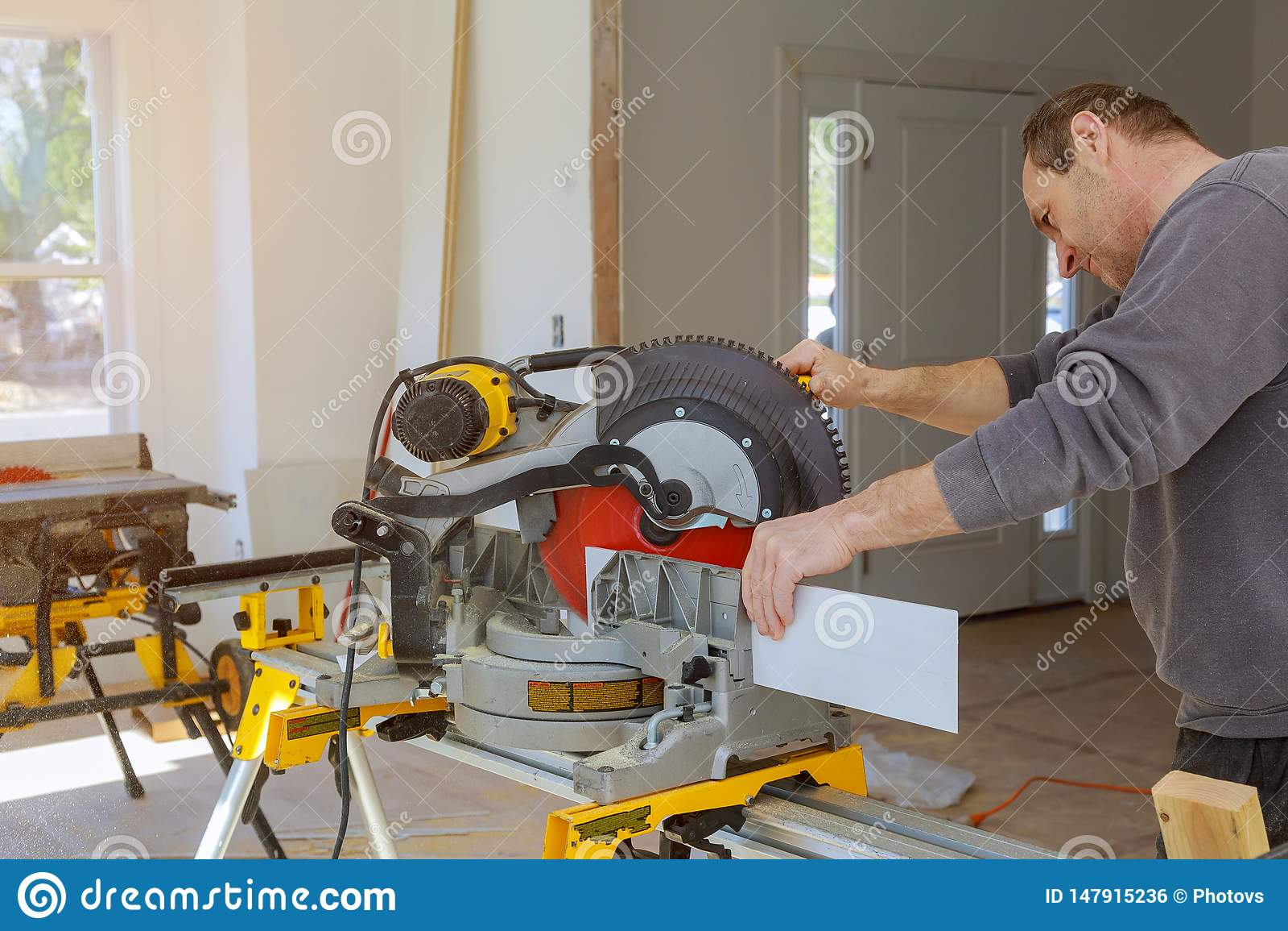 Budowa przemodelowywa domową tnącą drewnianą podstrzyżenie bazę pleśnieje dalej z kółkowym zobaczył