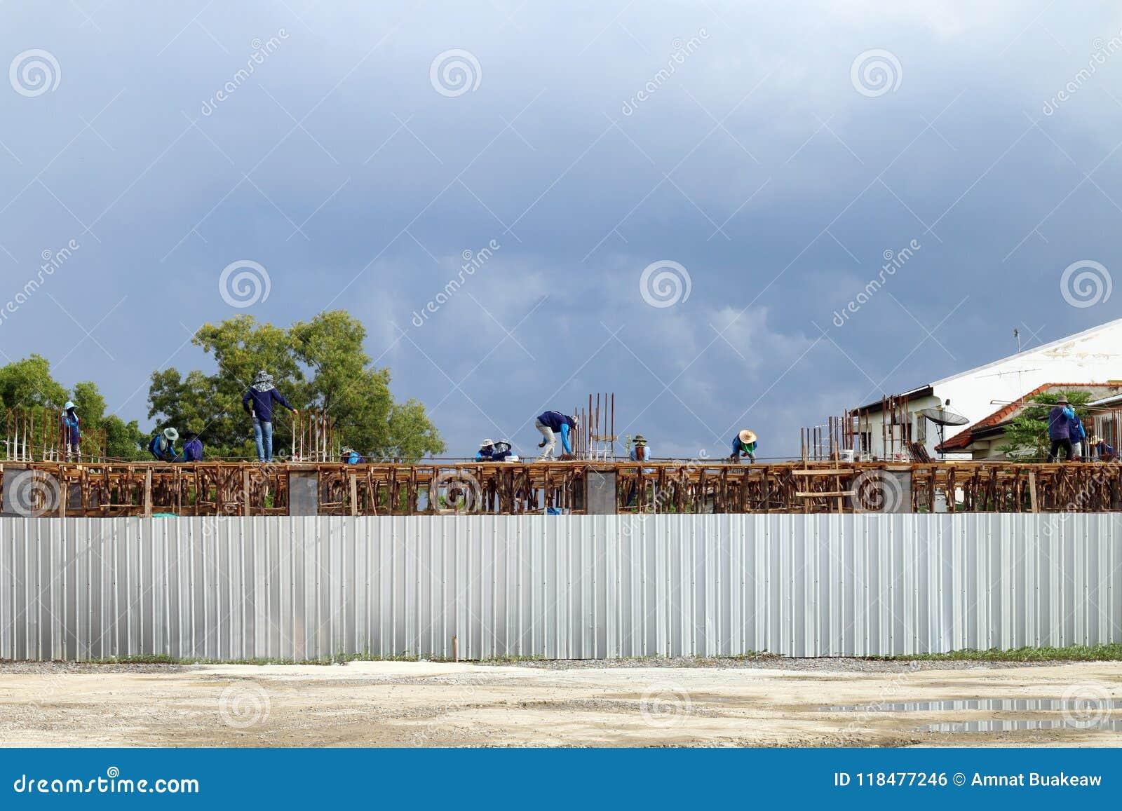 Budowa teren, ludzie pracuje przy budowa terenem, miejsce pracowników budowa, kamieniarza pracownika miejsce