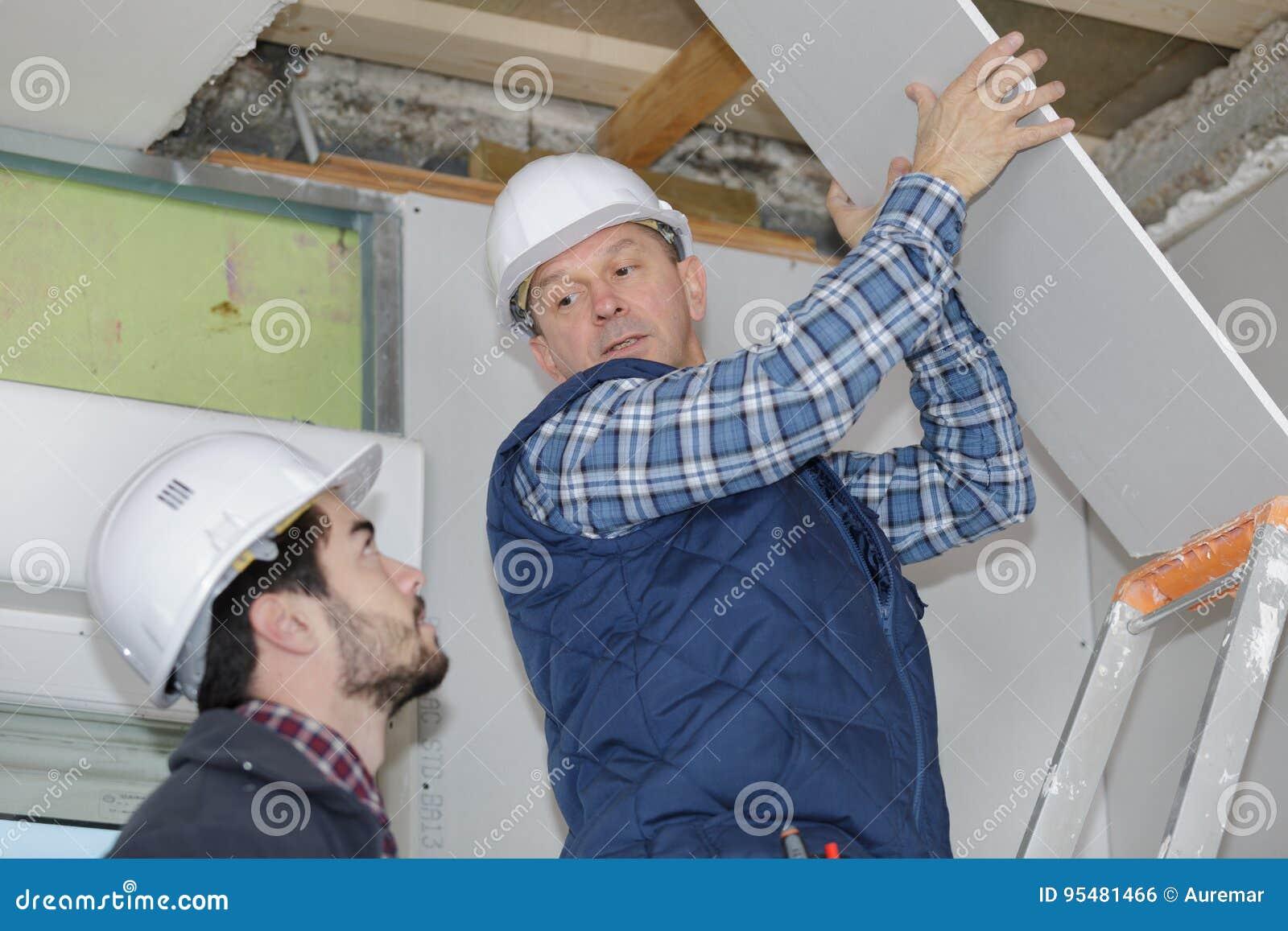 Budowniczowie robi falcowanie attykowi