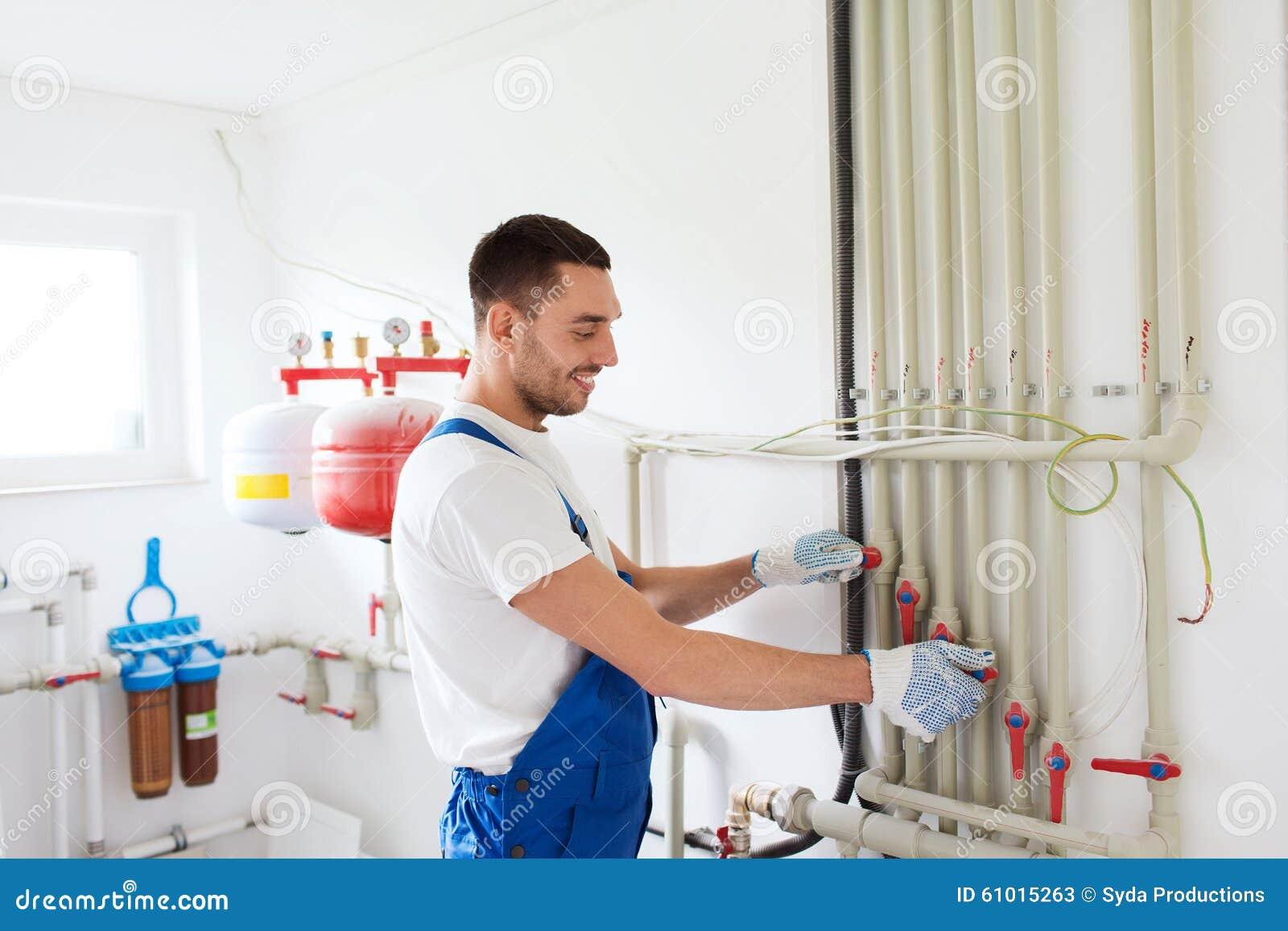Budowniczy lub hydraulik pracuje indoors