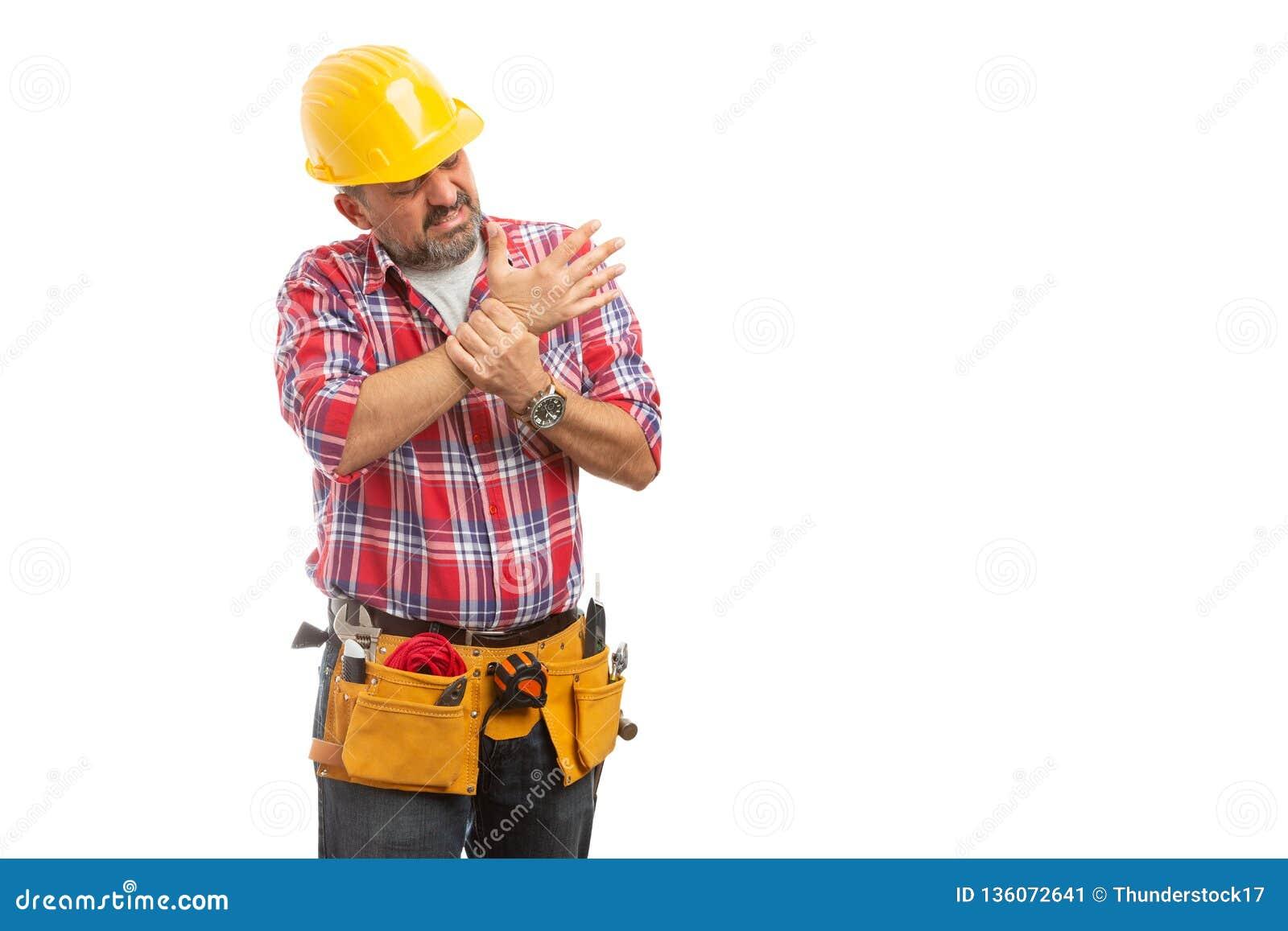 Budowniczy sprawdza zwichniętego nadgarstek