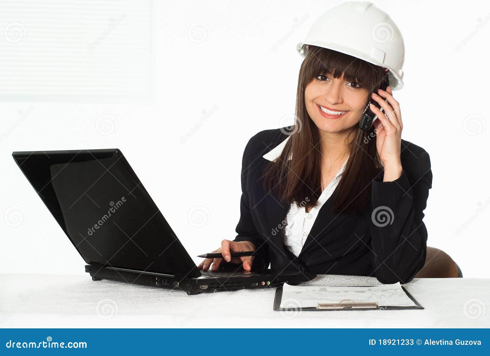 Budowy dziewczyny hełma obsiadanie