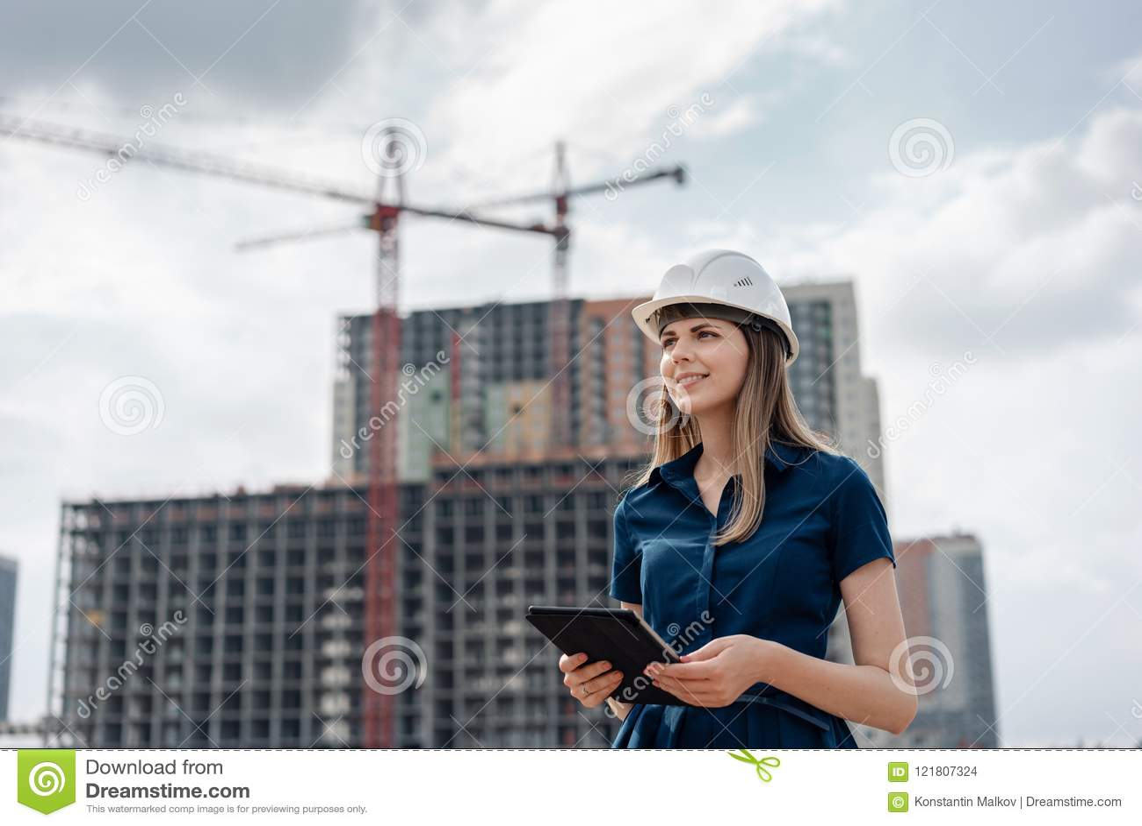 Budowy inżyniera kobieta Architekt z pastylka komputerem przy budową Młoda Kobieta patrzeje, budujący