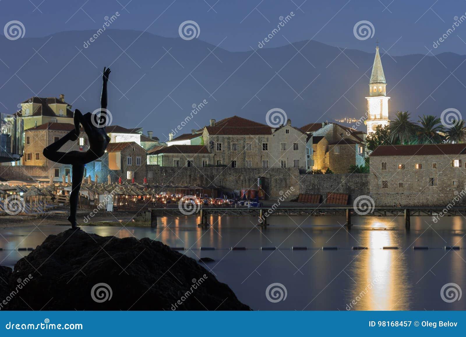 BUDVA, ΜΑΥΡΟΒΟΎΝΙΟ - 9 ΑΥΓΟΎΣΤΟΥ 2014: Μνημείο στο ballerina ως σύμβολο της πόλης Budva, Μαυροβούνιο στο κλίμα