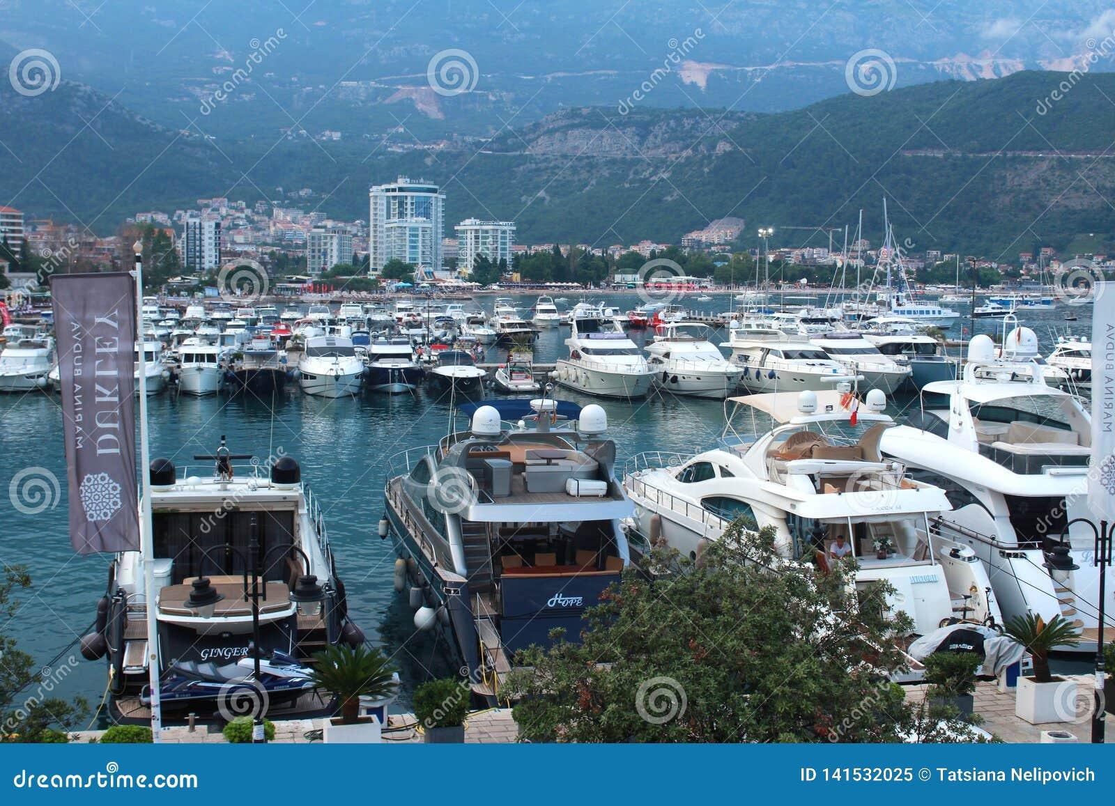 Budva, Monténégro - 24 juin 2018 éditorial Pilier avec des bateaux et des yachts près de la vieille ville