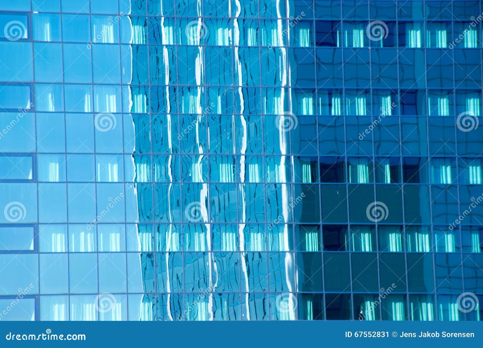 Budynek biurowy odbijał w szklanej fasadzie inny budynek biurowy
