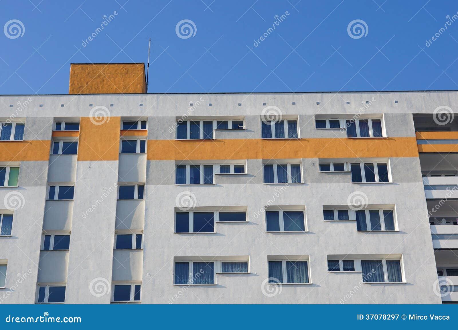 Download Budynek mieszkaniowy obraz stock. Obraz złożonej z błękitny - 37078297