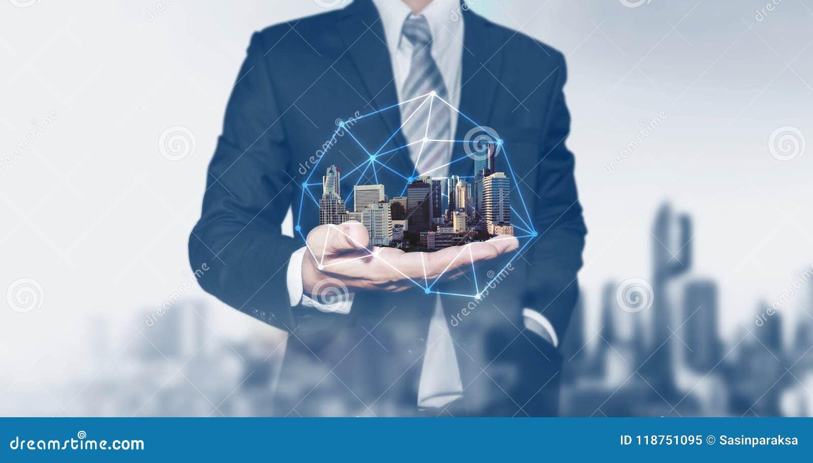 Budynek technologia i biznes nieruchomości inwestycja Biznesmena mienia budynki na ręce