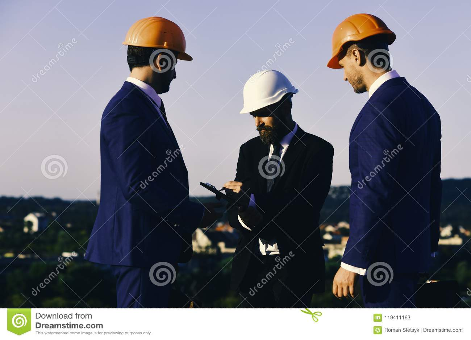 Budynku i inżynierii pojęcie Mężczyzna z brodą i koncentrować twarze robią notatkom Lidera chwyta klamerki pióro i falcówka