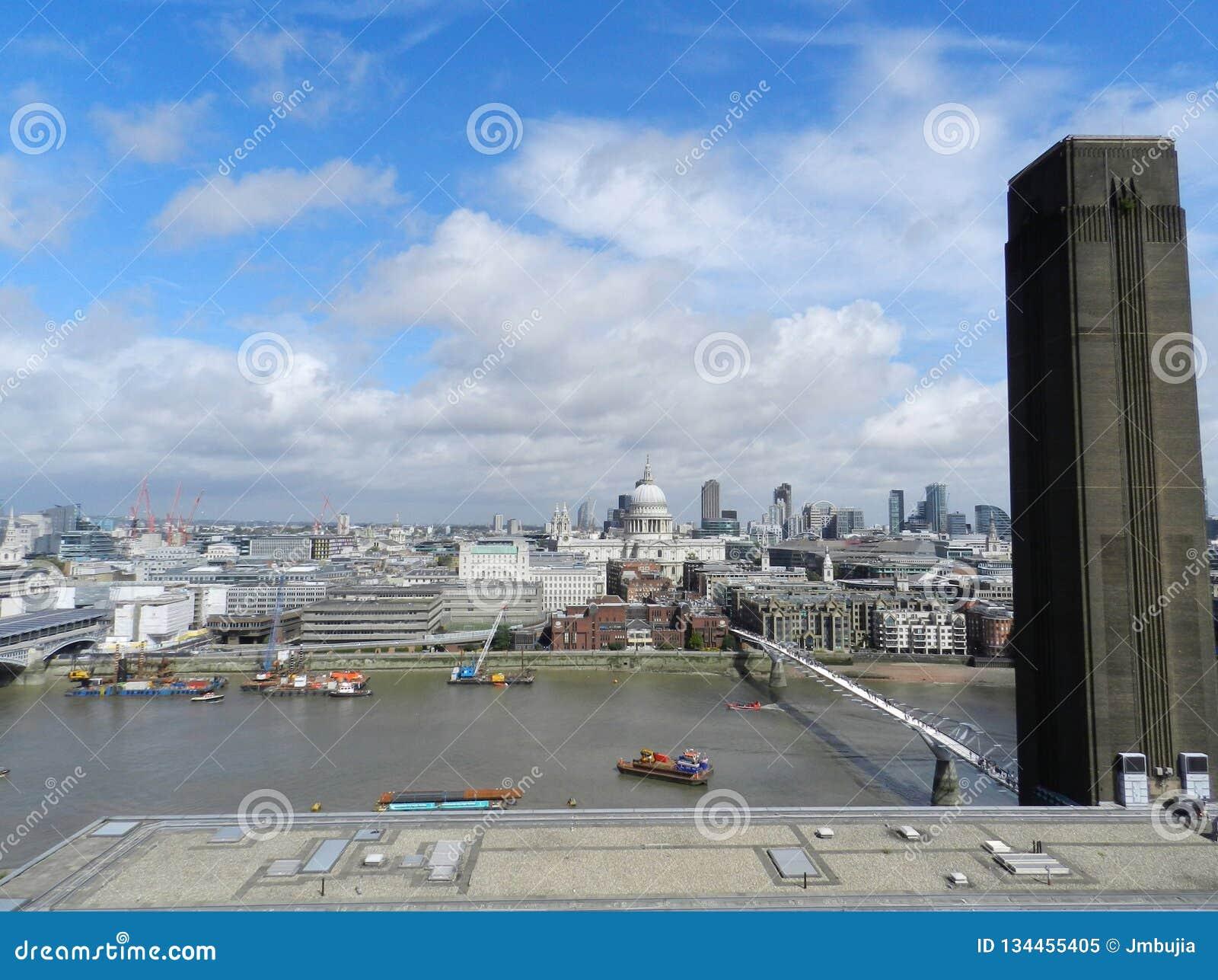 Budynku królestwa London stary wierza zlany Victoria Milenium mostu, St Paul's katedra, i miasto od tate modern punkt widzenia