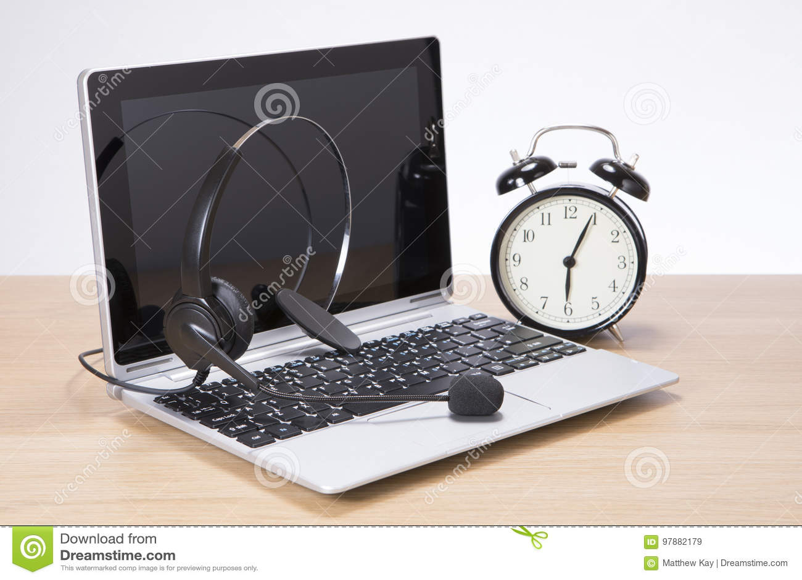 Budzik przy słuchawki i laptop