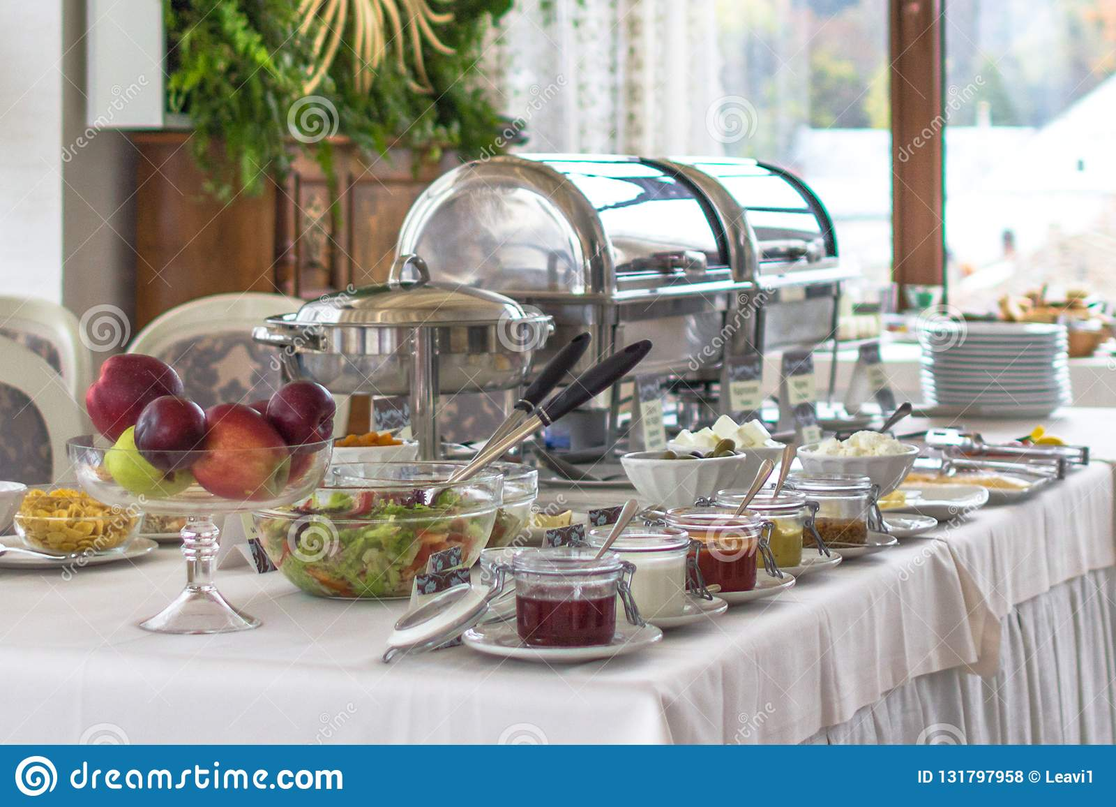 Buen desayuno del buffet en el hotel en el todos sistema inclusivo
