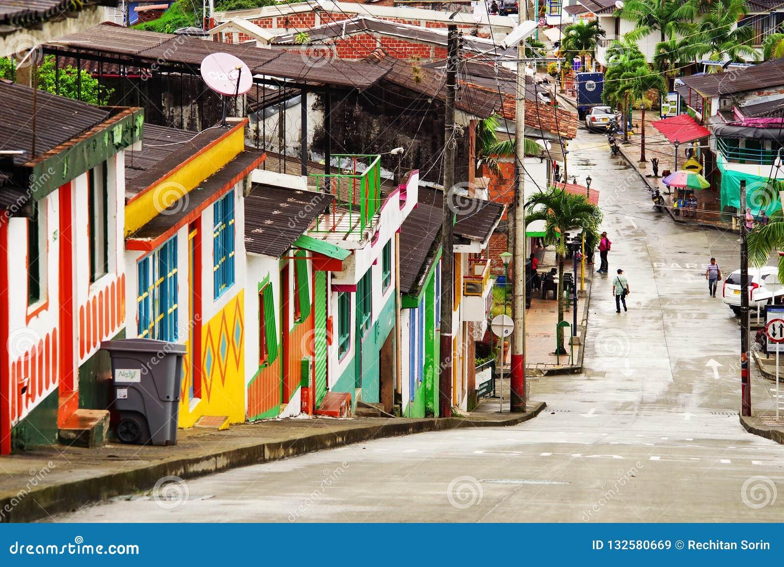 BUENA VISTA, COLÔMBIA - 14 DE AGOSTO DE 2018: Cena da rua em Buena Vista - Quindio, a cidade famosa para sua cultura do café