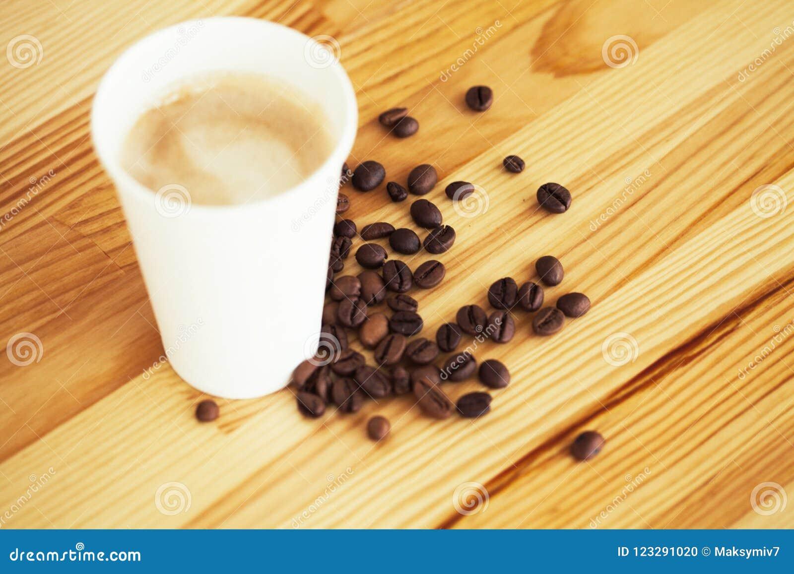 Buenos días Café a ir Las tazas de café con la cubierta y el café sean
