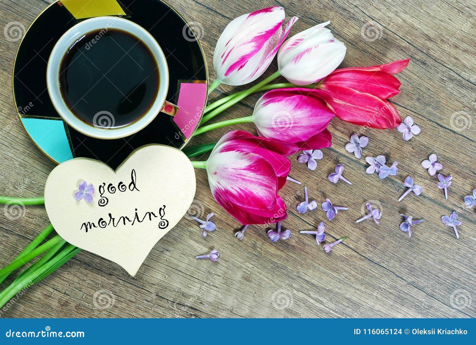Buenos días café y tulipanes de la mañana en una tabla de madera