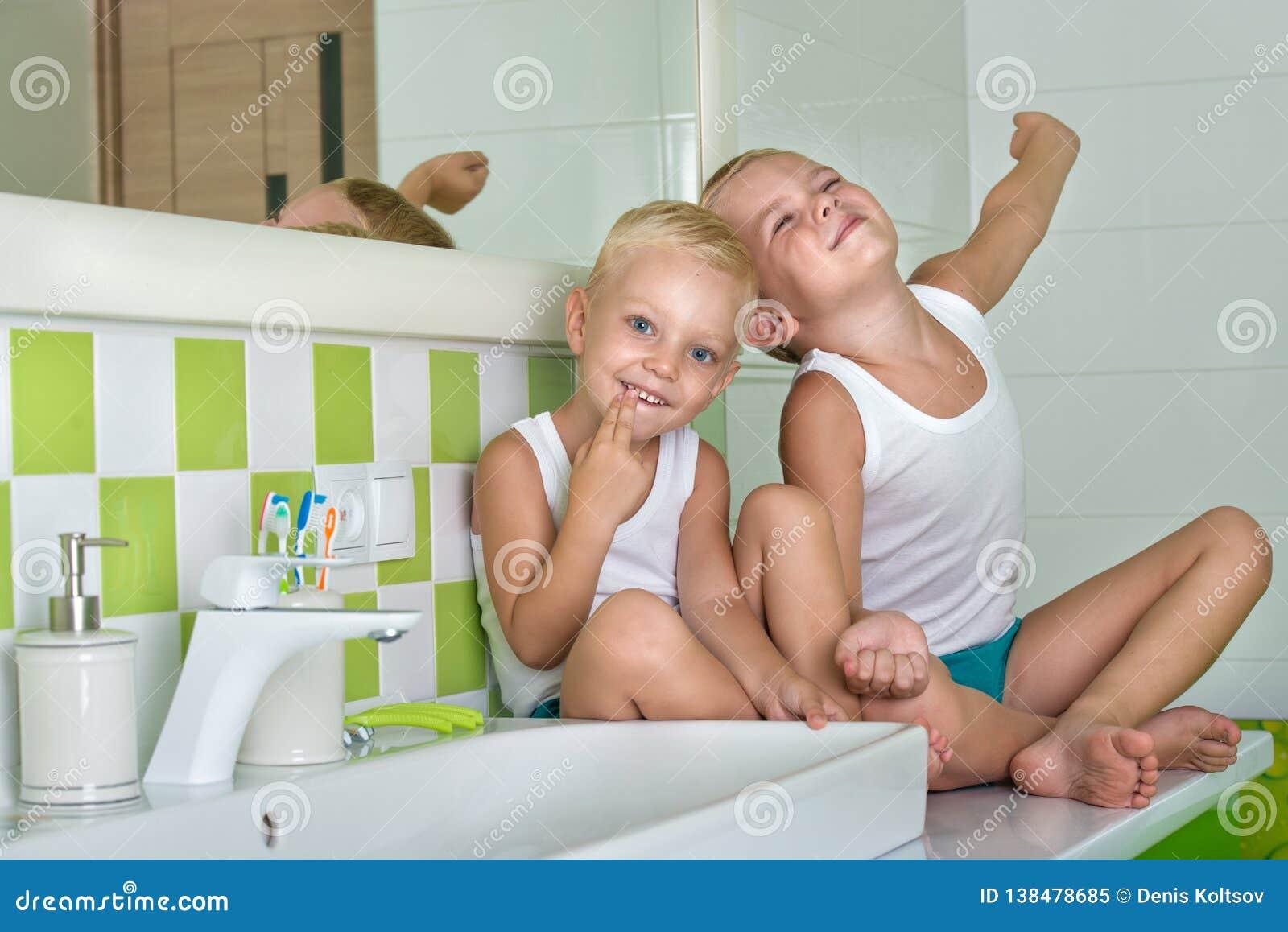 Buenos días Dos hermanos en el cuarto de baño, despertando por la mañana